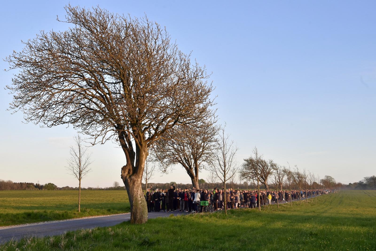 Społeczność Stavtrup upamiętnia duńskie dzieci, które zginęły w zamachach na Sri Lance. Fot. PAP/EPA/Bo Amstrup