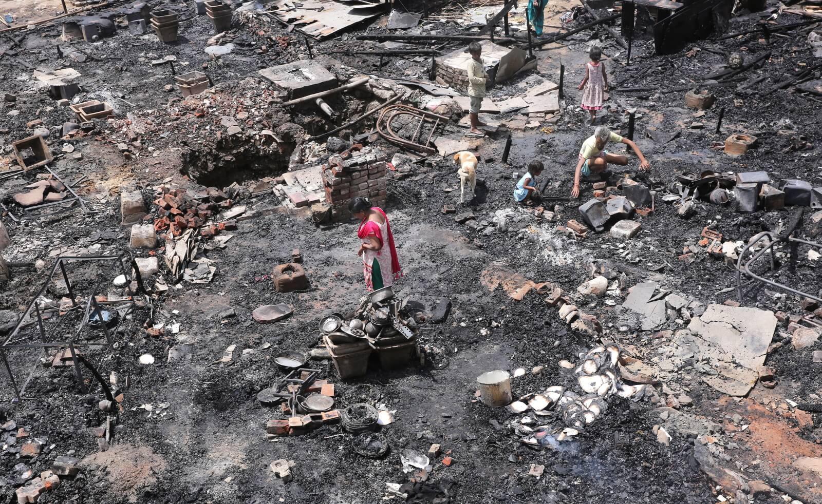 Pożar w indyjskich slumsach fot. EPA/RAJAT GUPTA