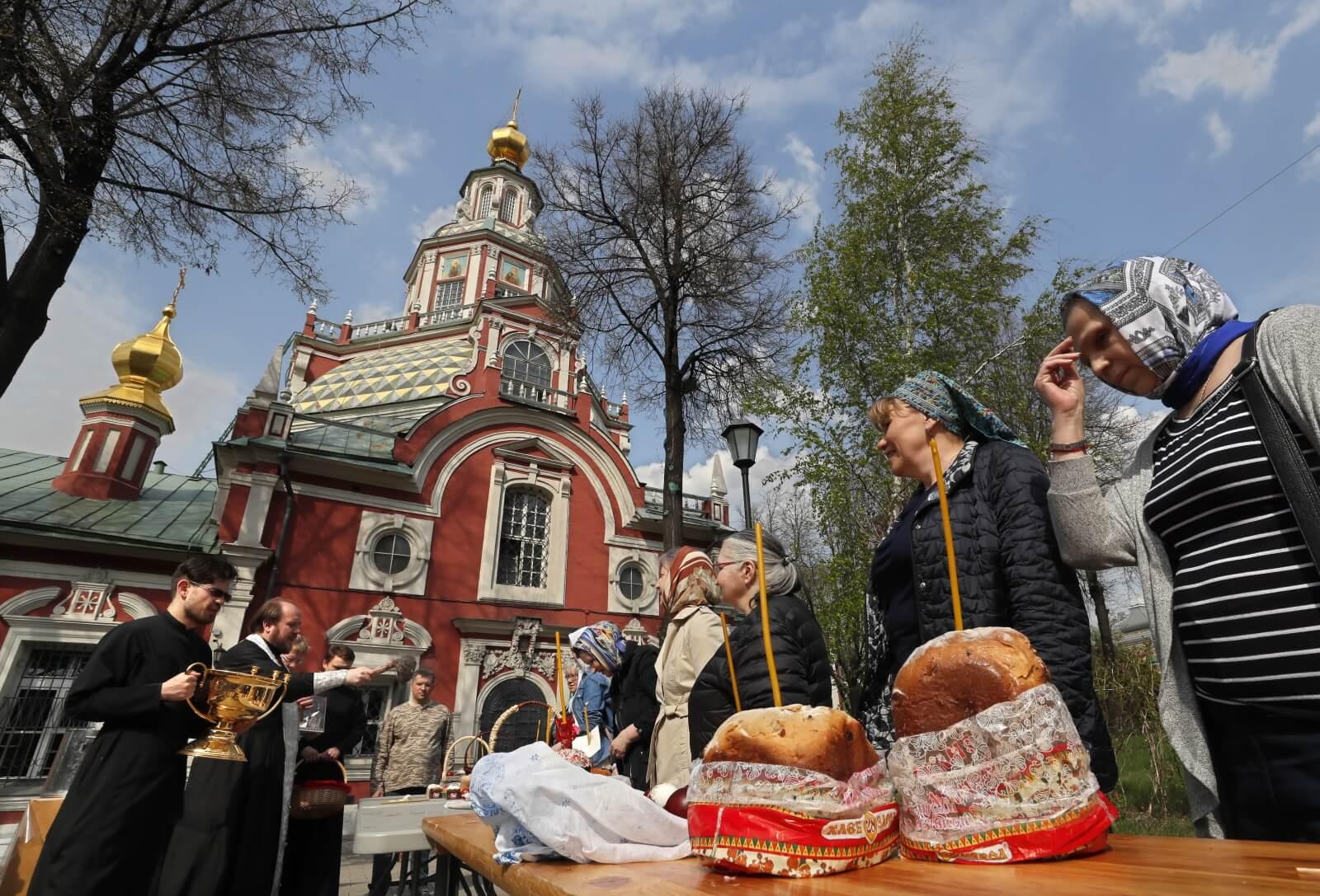 Święcenie pokarmów u prawosławnych fot. EPA/YURI KOCHETKOV