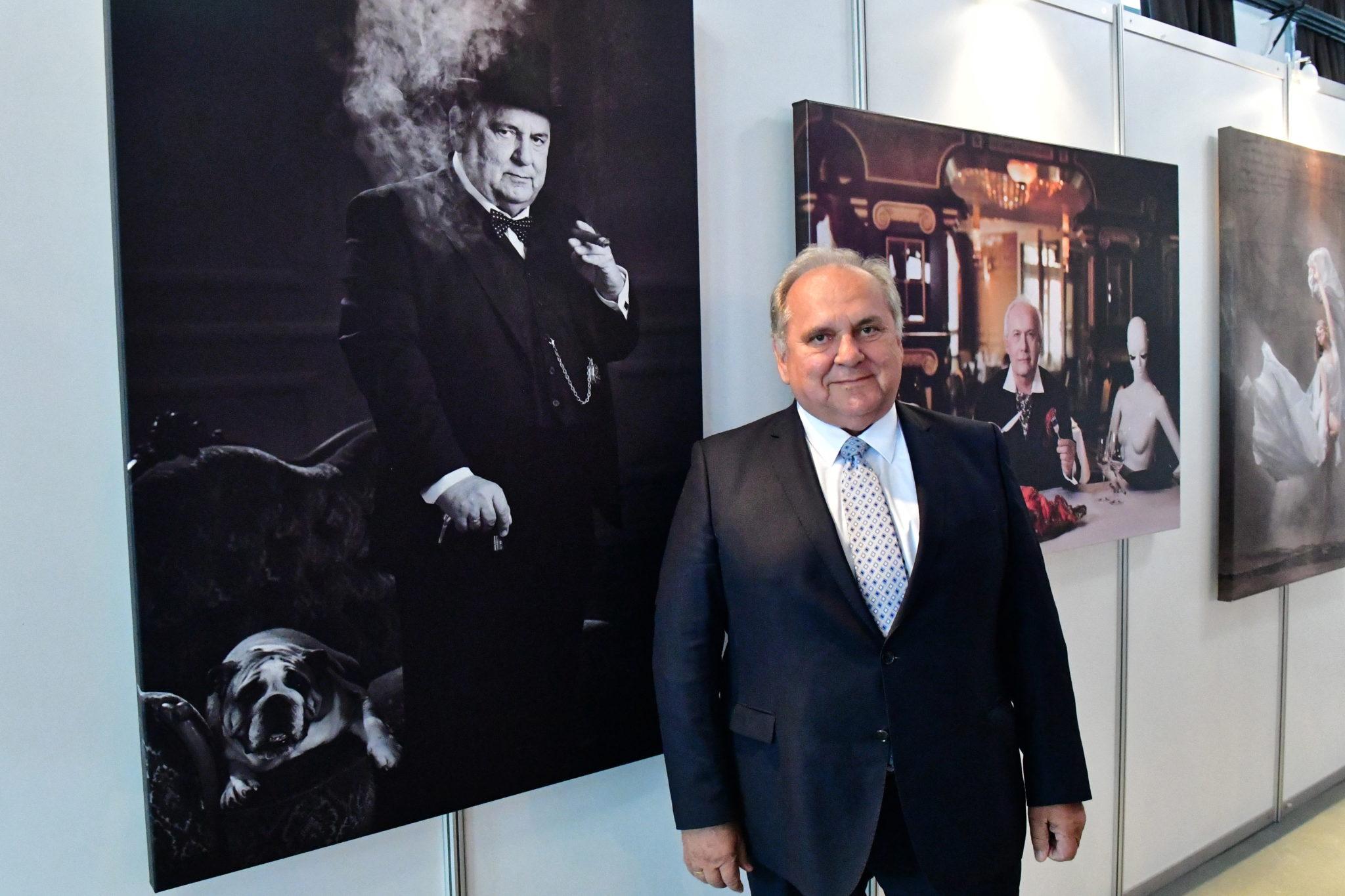 Prezes Pogoni Szczecin Jarosław Mroczek na wystawie
