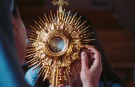 eucharystia monstrancja adoracja