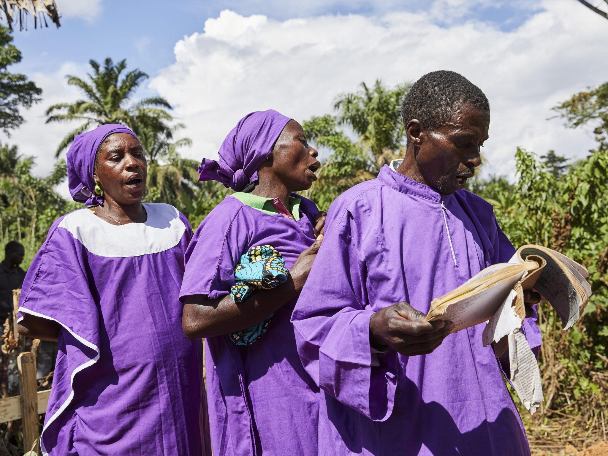 Pogrzeb zmarłego z powodu wirusa ebola w wiosce Mutwanga, Demokratyczna Republika Konga, fot. HUGH KINSELLA CUNNINGHAM, PAP/EPA