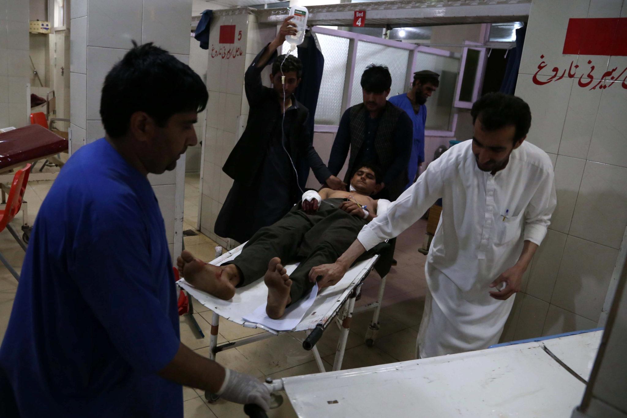 Afganistan: ranni w wybuchu bomby w samochodzie - pułapce otrzymują pomoc w szpitalu w Dżalalabadzie, fot. GHULAMULLAH HABIB, PAP/EPA