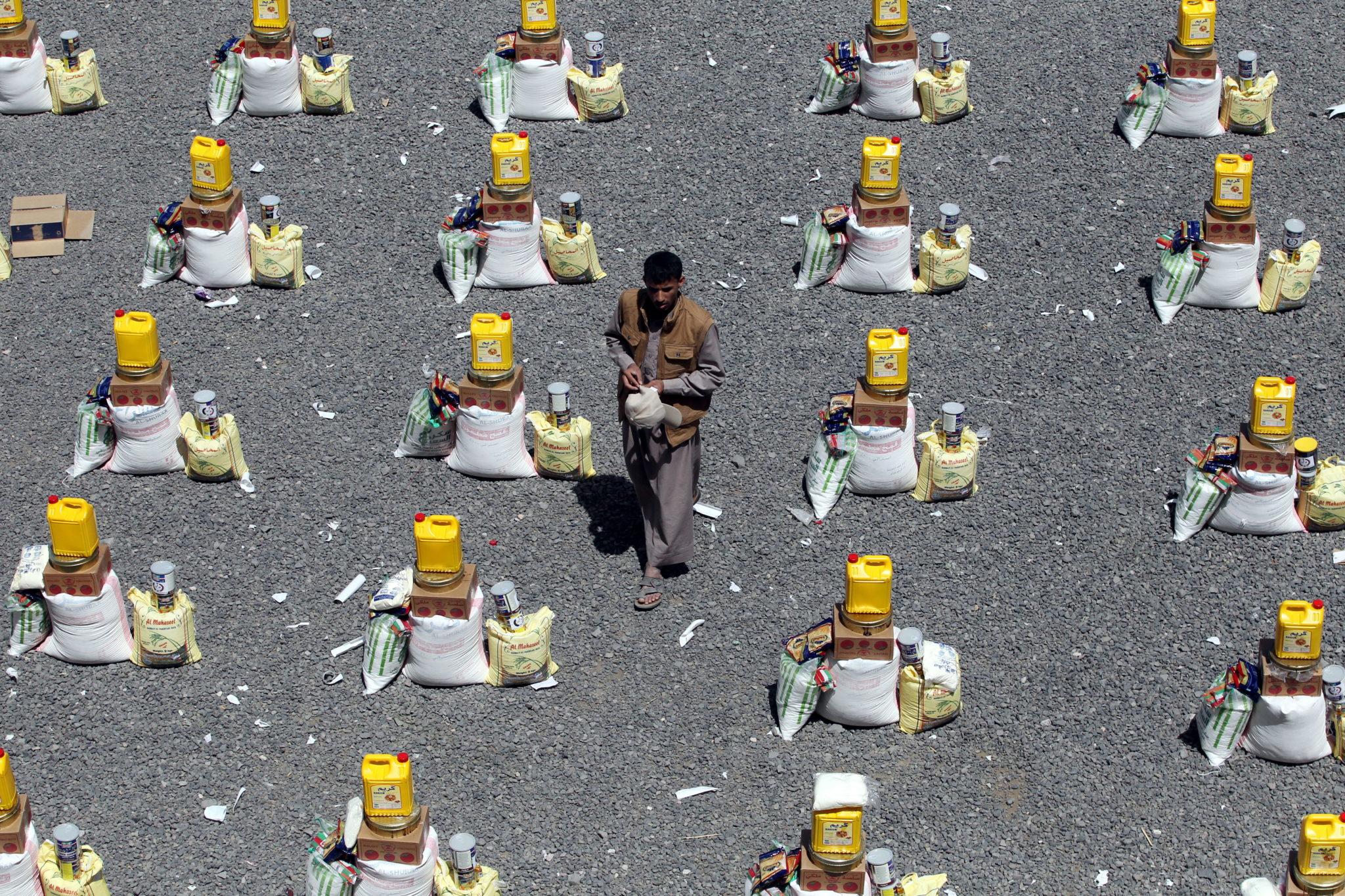 Jemen, San: racje żywnościowe dostarczone przez lokalną organizację charytatywną dla osób dotkniętych konfliktami. Około 20 milionów ludzi w 26-milionowej populacji Jemenu potrzebuje pilnej pomocy humanitarnej, fot. YAHYA ARHAB, PAP/EPA