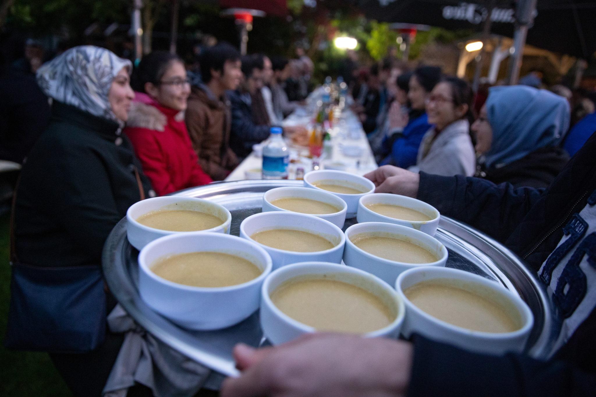 Berlin: posiłek kończący post o zachodzie słońca, podczas świętego miesiąca Ramadanu, fot. HAYOUNG JEON, PAP/EPA