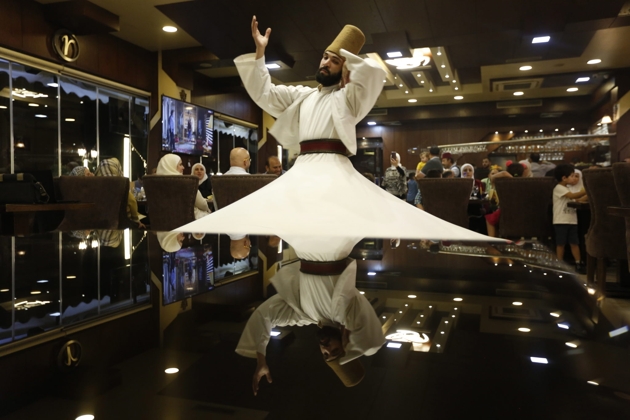 Syria, restauracja w Damaszku: tancerze występują w ramach rytuałów świętego miesiąca Ramadanu, podczas którego muzułmanie powstrzymują się od jedzenia, picia i kontaktów seksualnych od wschodu do zachodu słońca, fot. YOUSSEF BADAWI, PAP/EPA