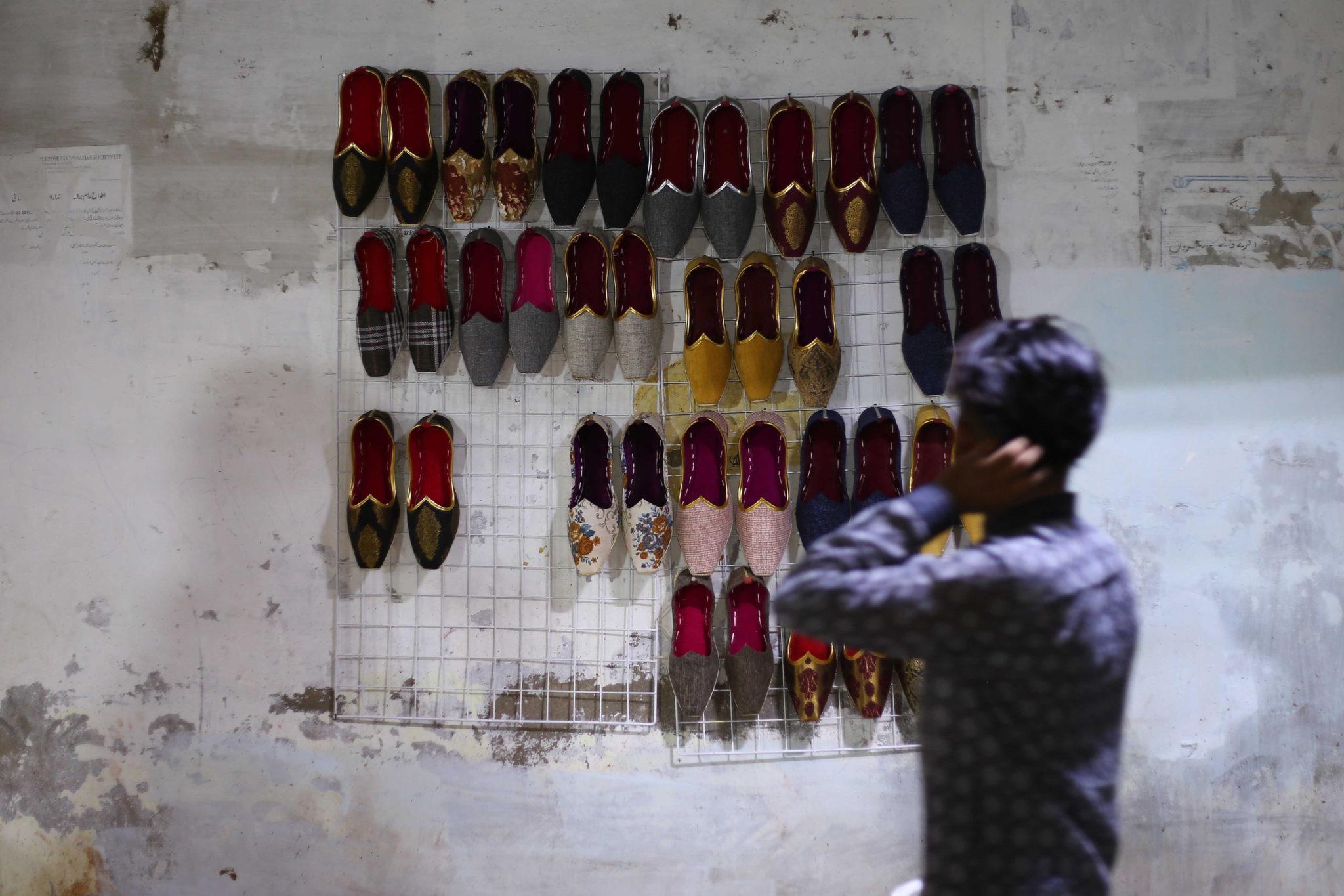 Pakistański szewc przygotowuje tradycyjne buty przed festiwalem Eid al-Fitr, kończącym święty miesiąc postu Ramadanu, w Karaczi, fot. SHAHZAIB AKBER, PAP EPA