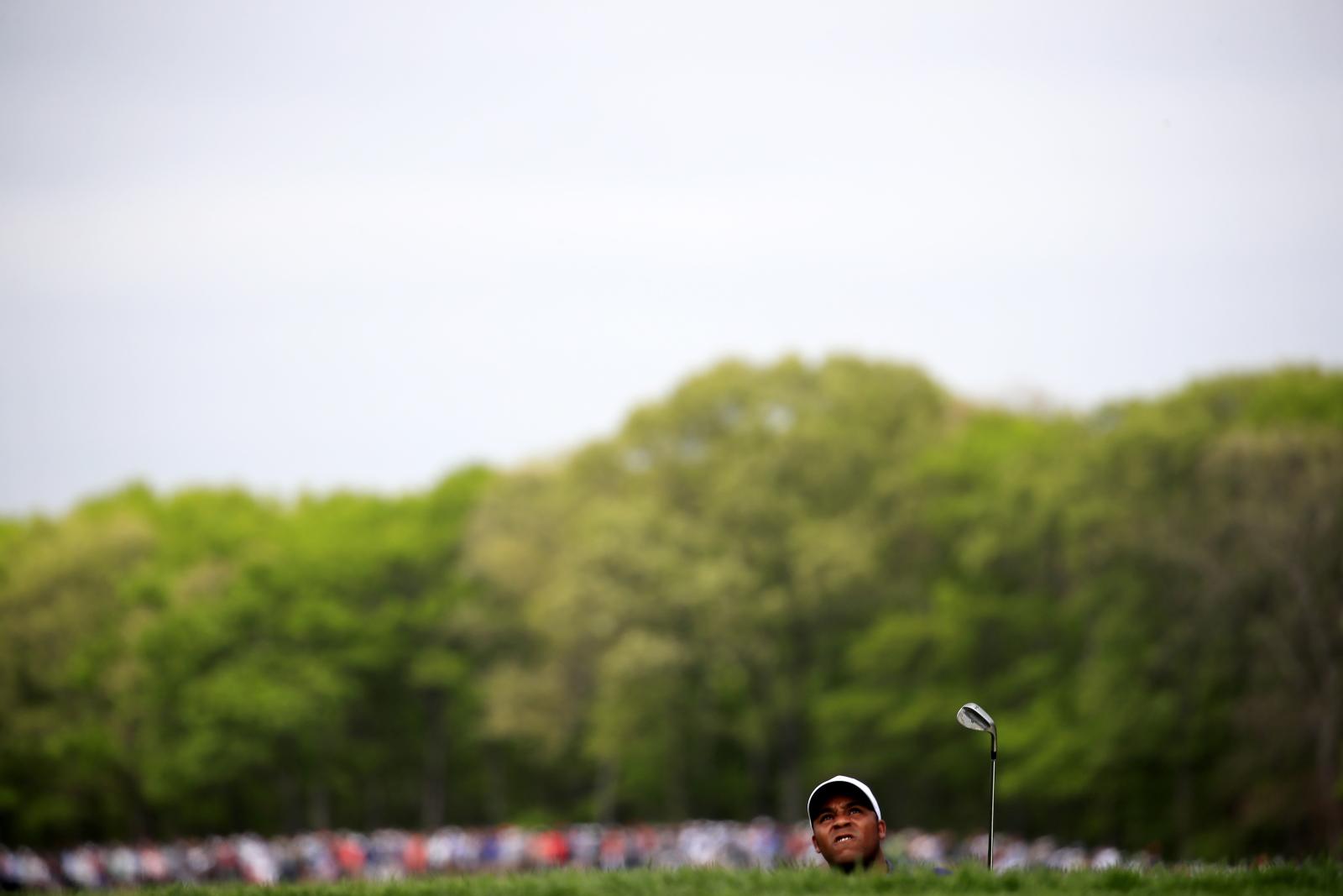 Amerykanin Harold Varner III śledzi piłeczkę po uderzeniu w trakcie zawodów golfowych, Nowy Jork, USA. Fot. Harold Varner III