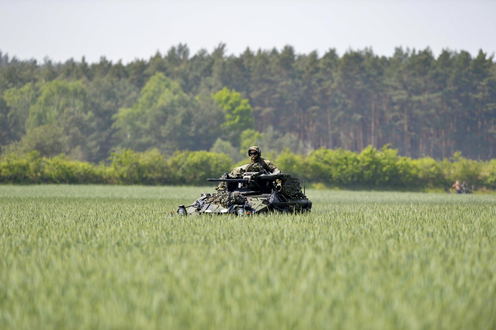 Jadący przez pole czołg w trakcie ćwiczeń niemieckiej armii. Fot. PAP/EPA/KARSTEN KLAMA