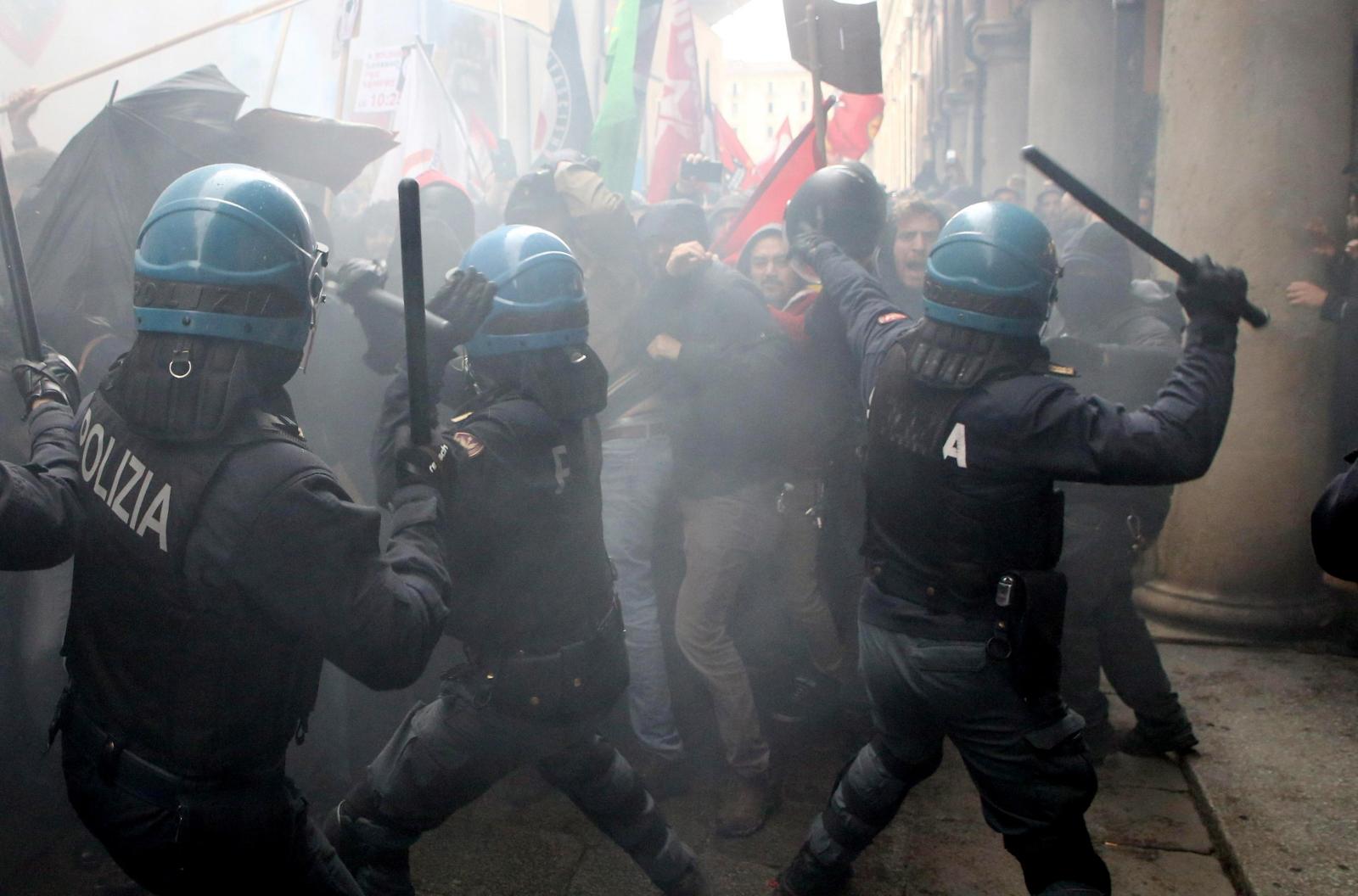 Starcie policji z demonstrantami skrajnie prawicowej partii Forza Nuova. Bolonia, Włochy. Fot. EPA/GIORGIO BENVENUTI