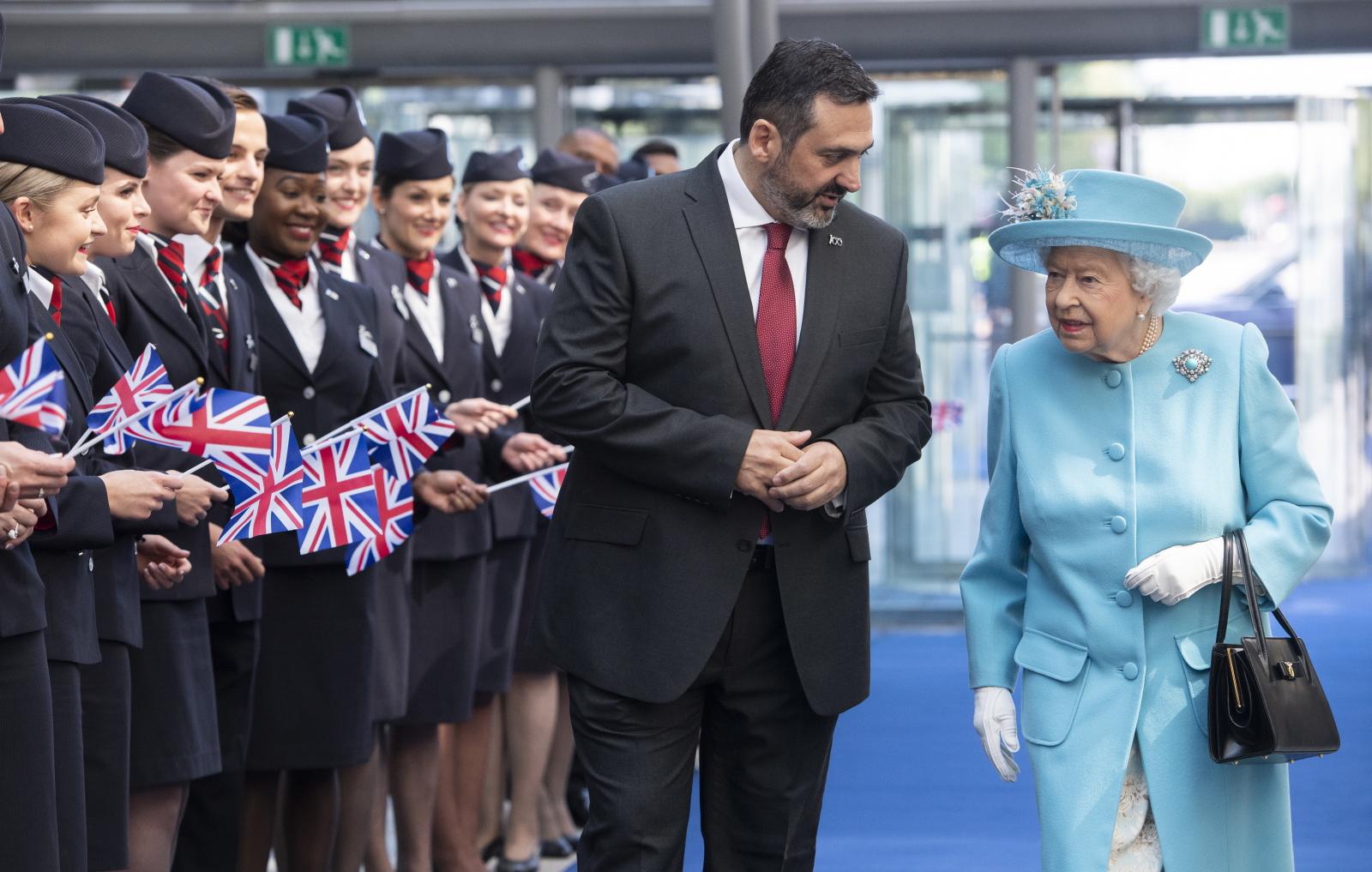 Królowa Elżbieta pośród pracowników linii lotniczych. Fot.  PAP/EPA/FACUNDO ARRIZABALAGA