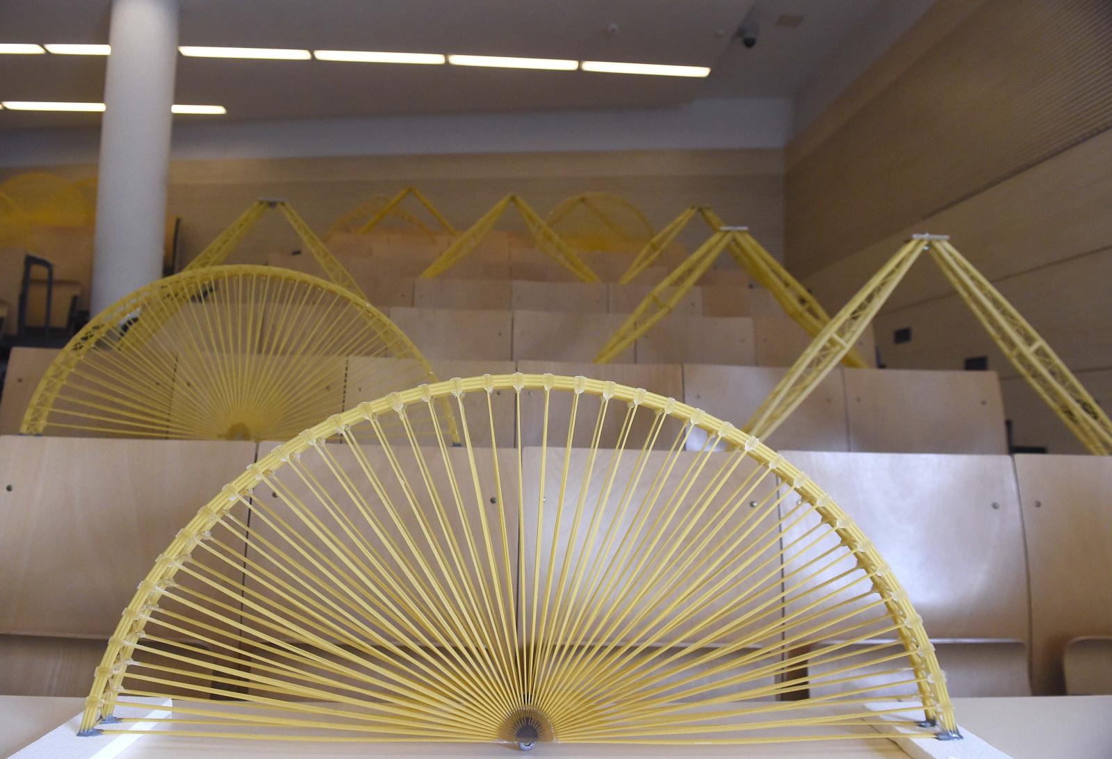 Mistrzostwa w budowaniu mostów z makaronu, Budapeszt, Węgry. Fot. PAP/EPA/Noemi Bruzak