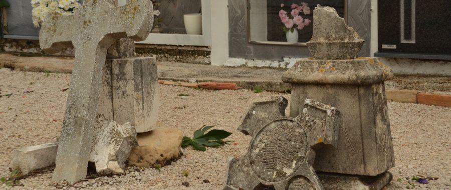 cmentarz krzyż zniszczony