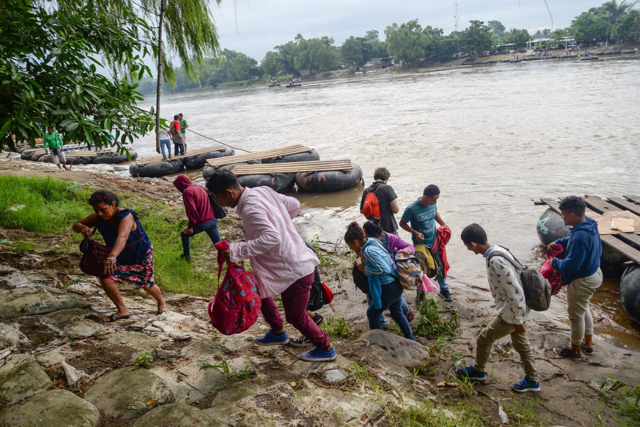Migranci przekraczają rzekę Suchiatę, która wyznacza granicę między Gwatemalą a Meksykiem, w stanie Chiapas, fot. Luis Villalobos, PAP/EPA.
