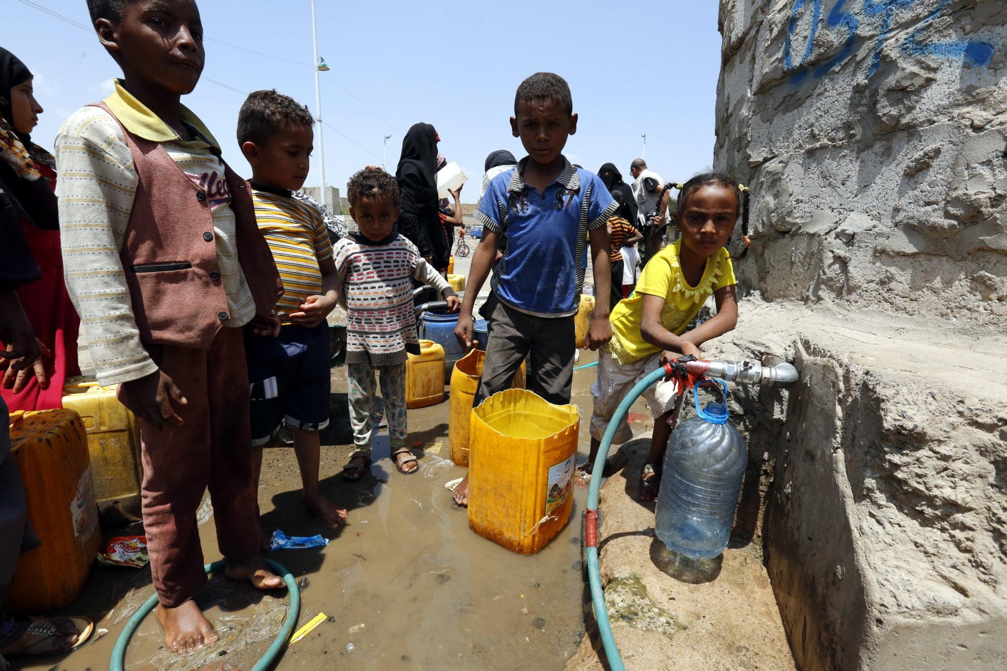 Jemen: zbiórka wody pitnej ze źródła w Sanie. Według raportów ONZ ponad cztery lata eskalacji walk w Jemenie doprowadziły do najgorszego kryzysu humanitarnego na świecie, gdzie około 80% z 26-milionowa ludności Jemenu potrzebuje pomocy humanitarnej, fot. YAHYA ARHAB, PAP/EPA