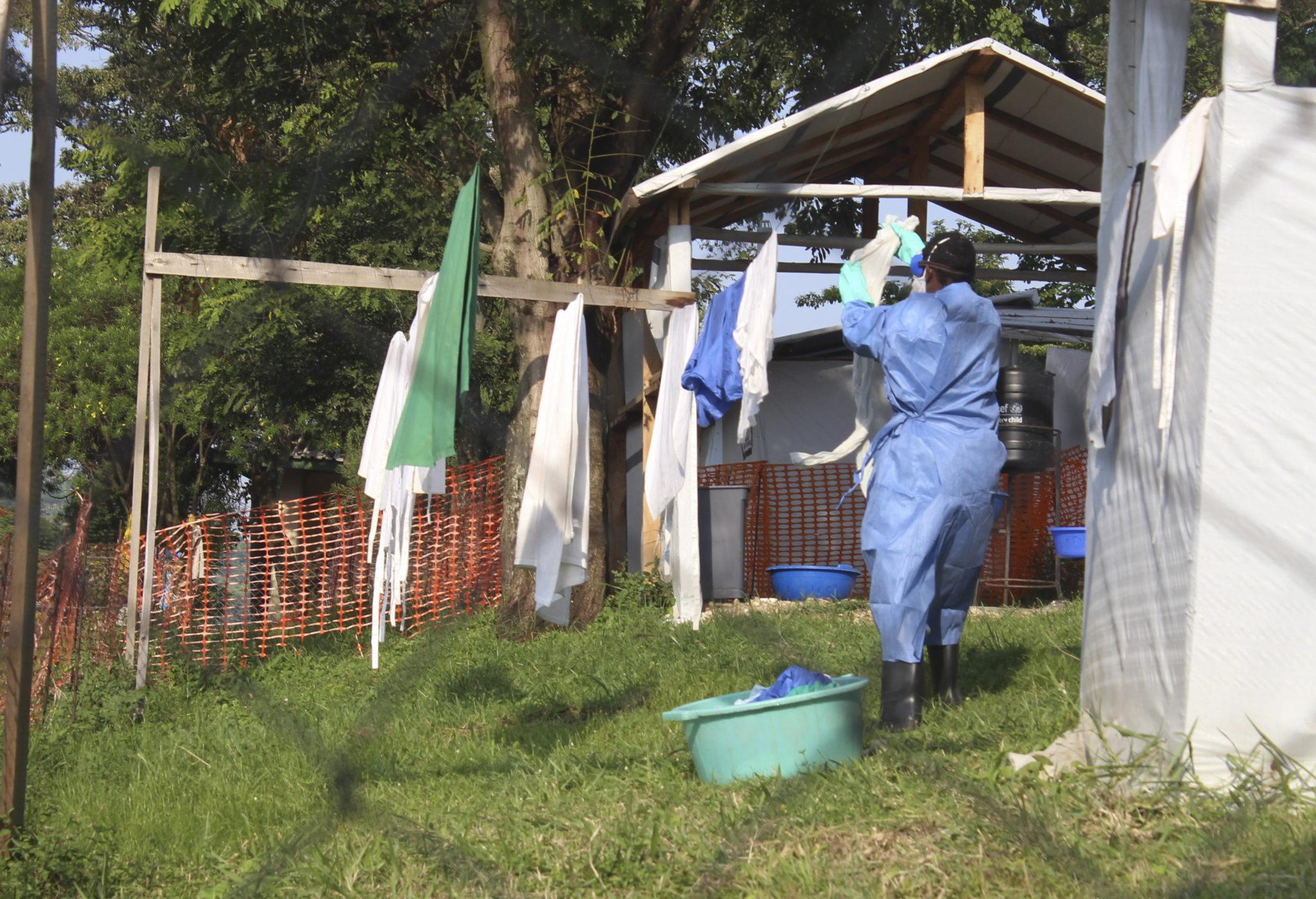Pracownik służby zdrowia wiesza ubrania po wypraniu ich w jednostce izolacji w Szpitalu w Bwera, granicznym miasteczku w pobliżu Demokratycznej Republiki Konga w zachodniej Ugandzie, fot. MELANIE ATUREEBE, PAP/EPA