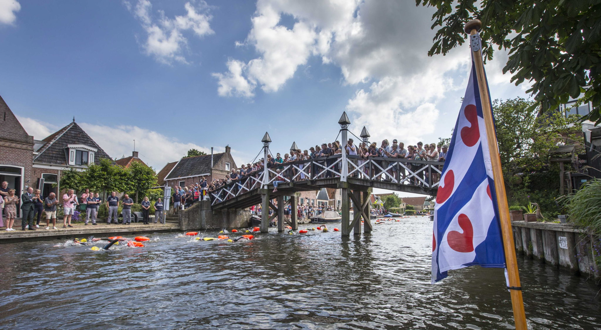 epa07667043 Dutch Former World Champion Maarten van der Weijden is passing Hindeloopen during his second attempt to swim along the Elfstedentocht, a journey of over 200 kilometers in Leeuwarden, The Netherlands, 22 June 2019. In August 2018 the swimmer raised more than five million euros for cancer research, even though he did not finish the journey.  EPA/VINCENT JANNINK  Dostawca: PAP/EPA.