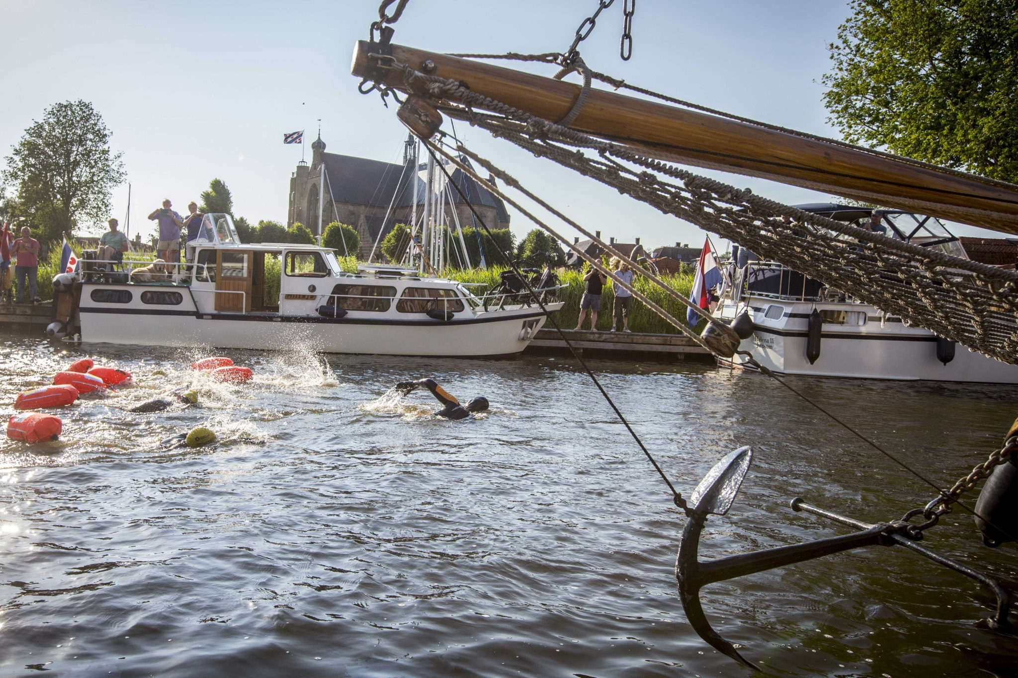 epa07667045 Dutch Former World Champion Maarten van der Weijden is passing Workum during his second attempt to swim along the Elfstedentocht, a journey of over 200 kilometers in Leeuwarden, The Netherlands, 22 June 2019. In August 2018 the swimmer raised more than five million euros for cancer research, even though he did not finish the journey.  EPA/VINCENT JANNINK  Dostawca: PAP/EPA.