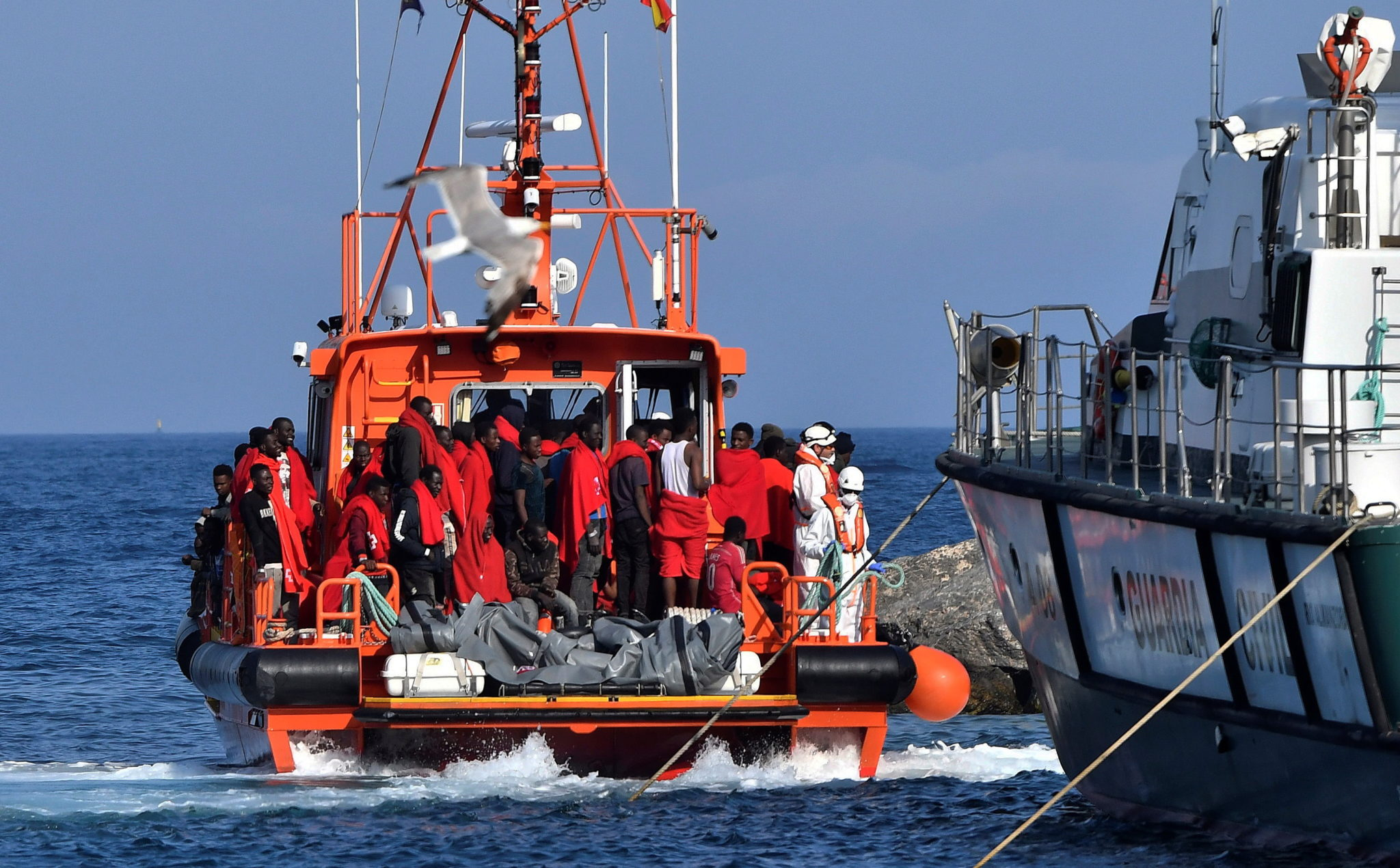 epa07667190 A hundred undocumented migrants arrive to the port on a Sea Rescue boat after they were rescued sailing on two small canoes on the Alboran Sea in Almeria, southeastern Spain, 22 June 2019.  EPA/CARLOS BARBA  Dostawca: PAP/EPA.