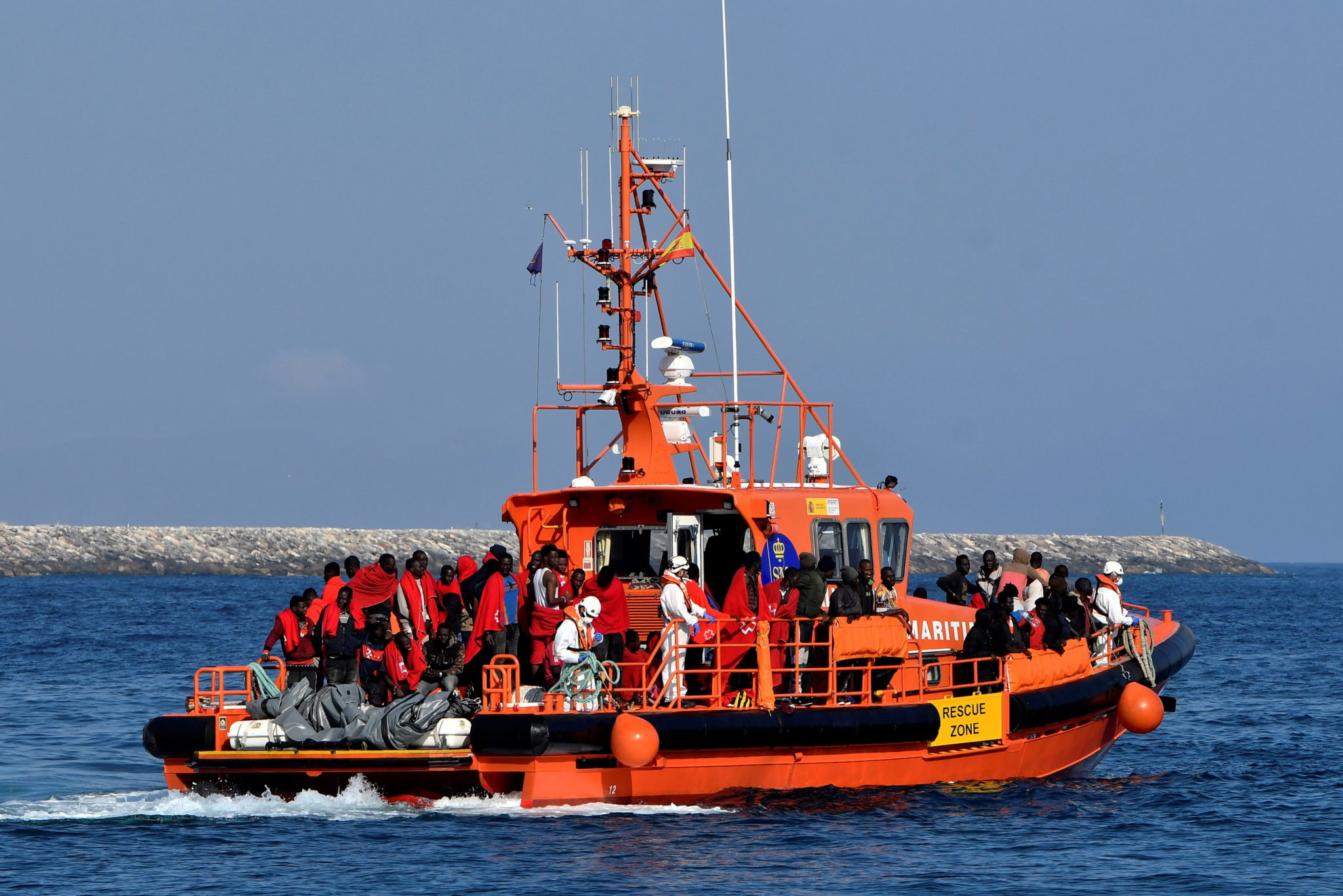 epa07667191 A hundred undocumented migrants arrive to the port on a Sea Rescue boat after they were rescued sailing on two small canoes on the Alboran Sea in Almeria, southeastern Spain, 22 June 2019.  EPA/CARLOS BARBA  Dostawca: PAP/EPA.