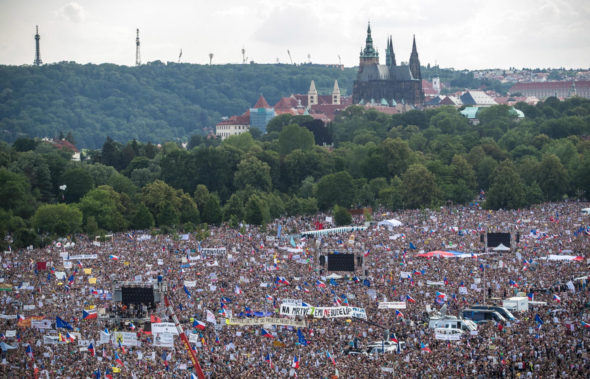 Demonstranci domagali się rezygnacji premiera Andreja Babisza. Szef rządu jest oskarżany o wyłudzanie unijnych dotacji i wykorzystywanie władzy do pomnażania własnego majątku, fot. MARTIN DIVISEK, PAP/EPA.