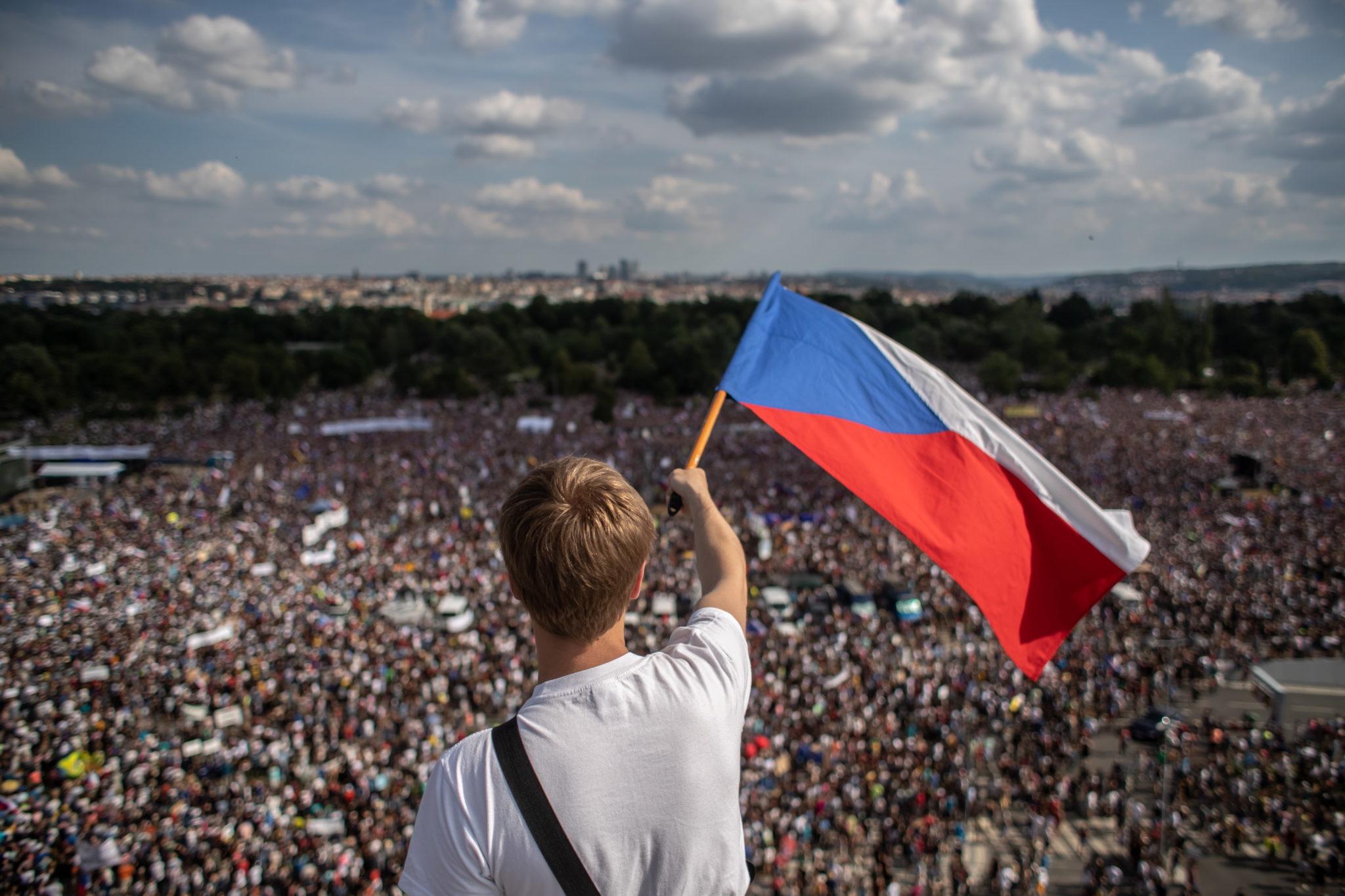 Ponad 250 tysięcy ludzi wyszło w niedzielę na ulice Pragi, by żądać ustąpienia premiera Andreja Babisza. To największa od 30 lat demonstracja w Czechach, fot. MARTIN DIVISEK, PAP/EPA.