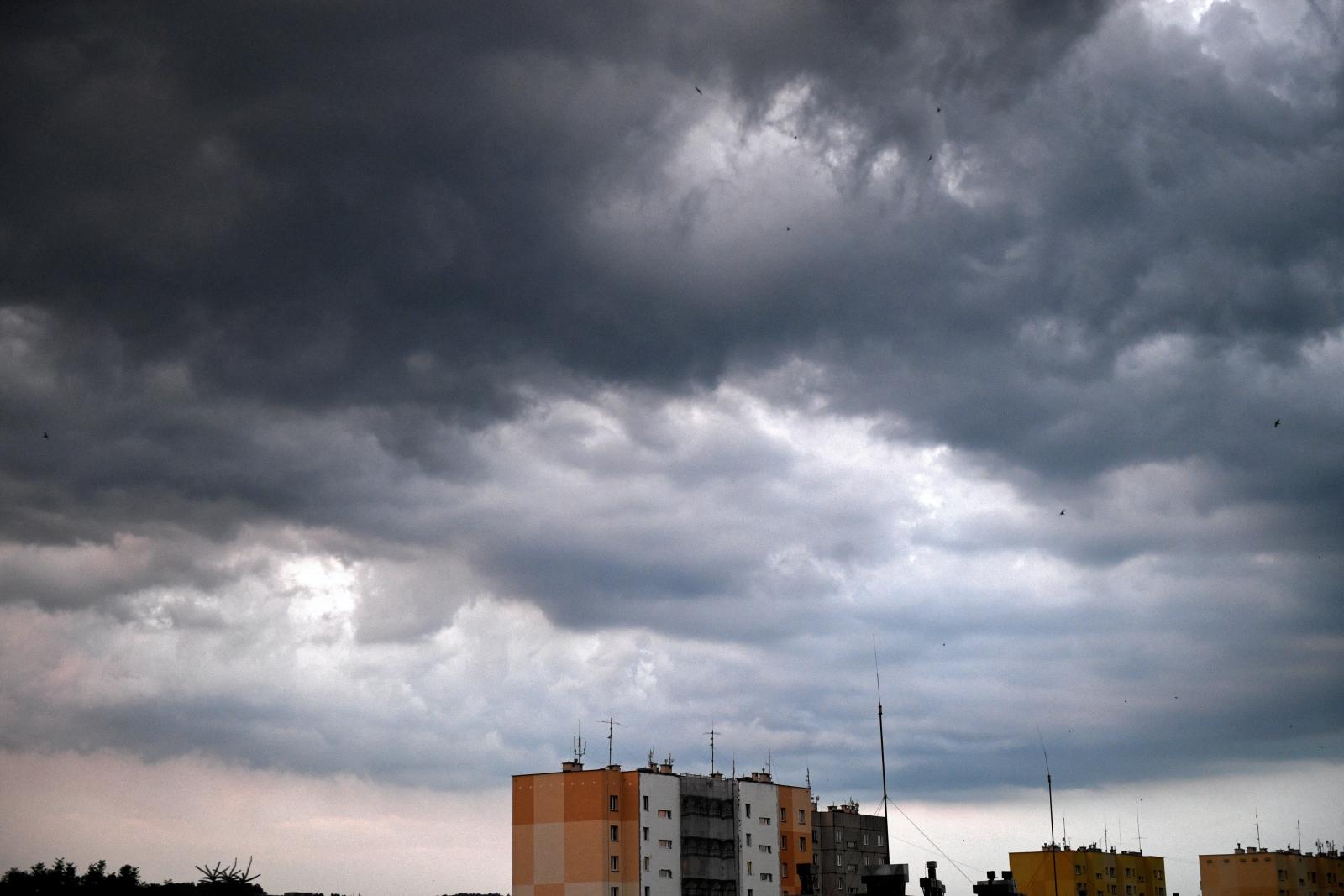 Burzowe chmury nad Przemyślem. Fot.  PAP/Darek Delmanowicz