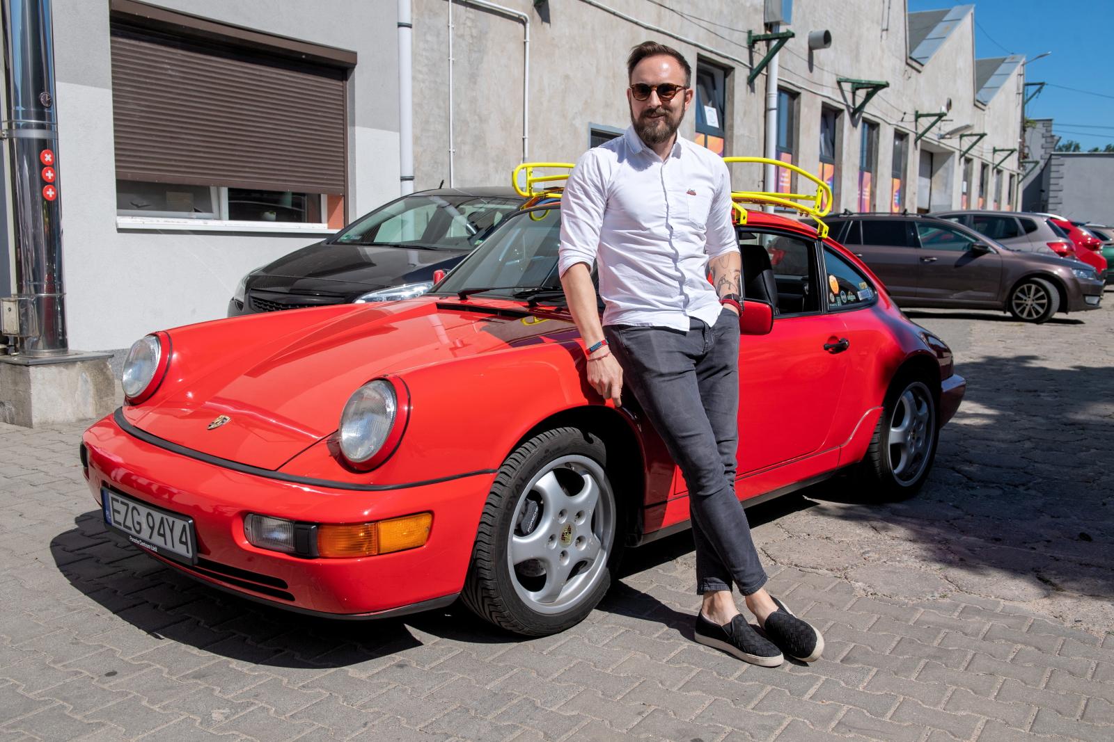 Współwłaściciel Firmy Car Bone. Flat Six Design, która zajmuje się odrestaurowaniem samochdów marki Porche, Paweł Kalinowski podczas prezentacji dla mediów. Fot. PAP/Grzegorz Michałowski