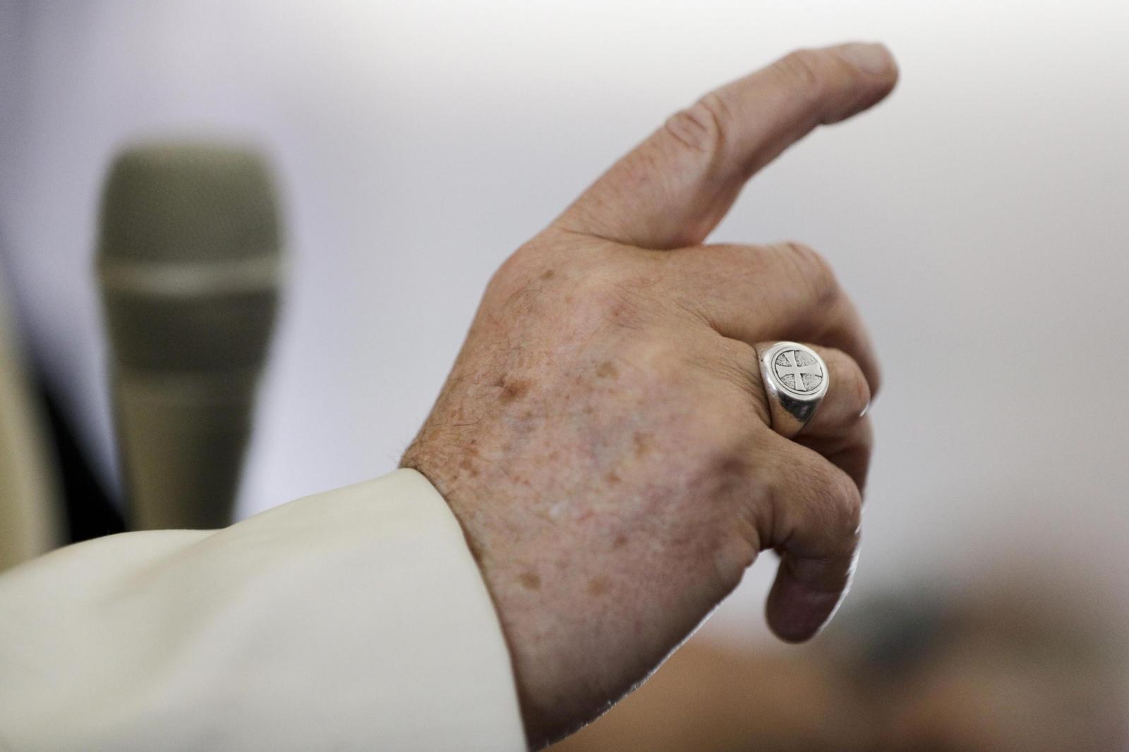 Papież Franciszek w samolocie w trakcie powrotu z Rumunii. Fot. PAP/EPA/Andrew Medichini / POOL