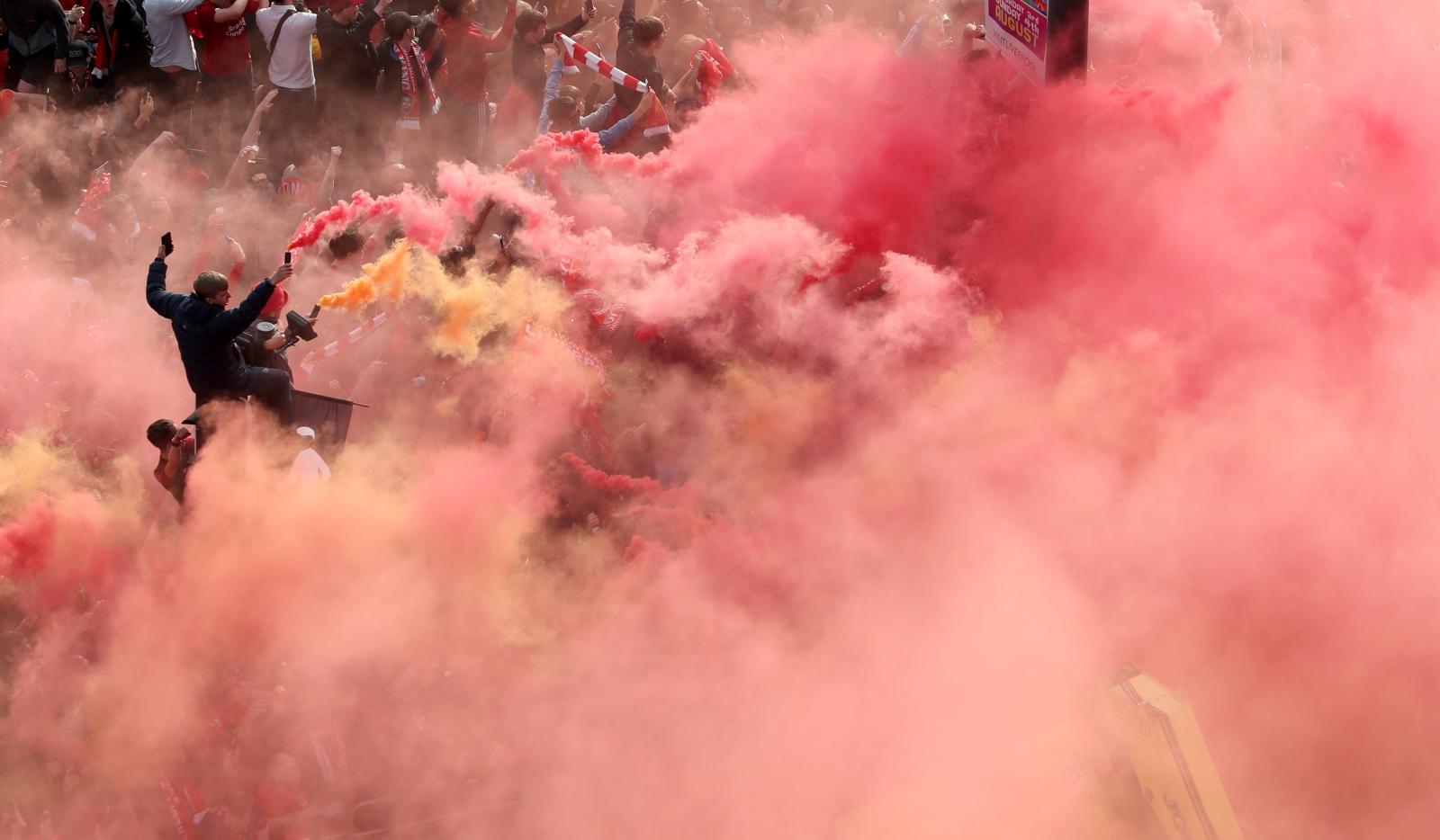 Fani Liverpoolu świętują z zespołem zdobycie zwycięstwo w Lidze Mistrzów, Liverpool, Wielka Brytania. Fot. PAP/EPA/JON SUPER
