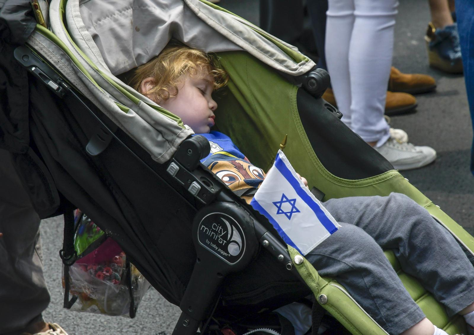 Młody uczestnik parady Świętuj Izraelu, Nowy Jork, USA. Fot. EPA/PORTER BINKS