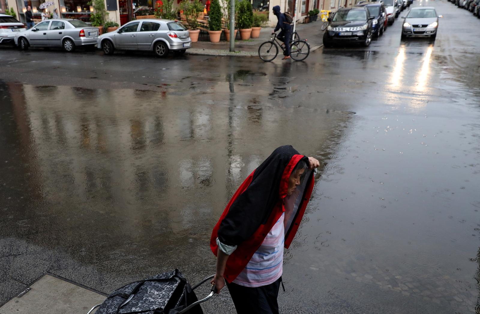W Berlinie gwałtowne deszcze spowodowały lokalne podtopienia. Fot. EPA/FELIPE TRUEBA