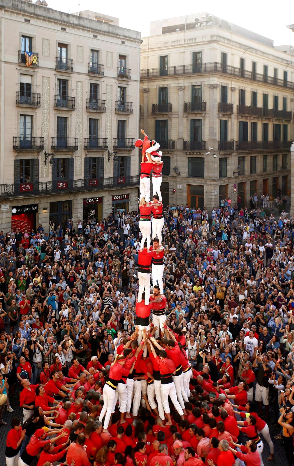 Katalończycy tworzą tradycyjne castellers. Fot. PAP/EPA/ENRIC FONTCUBERTA