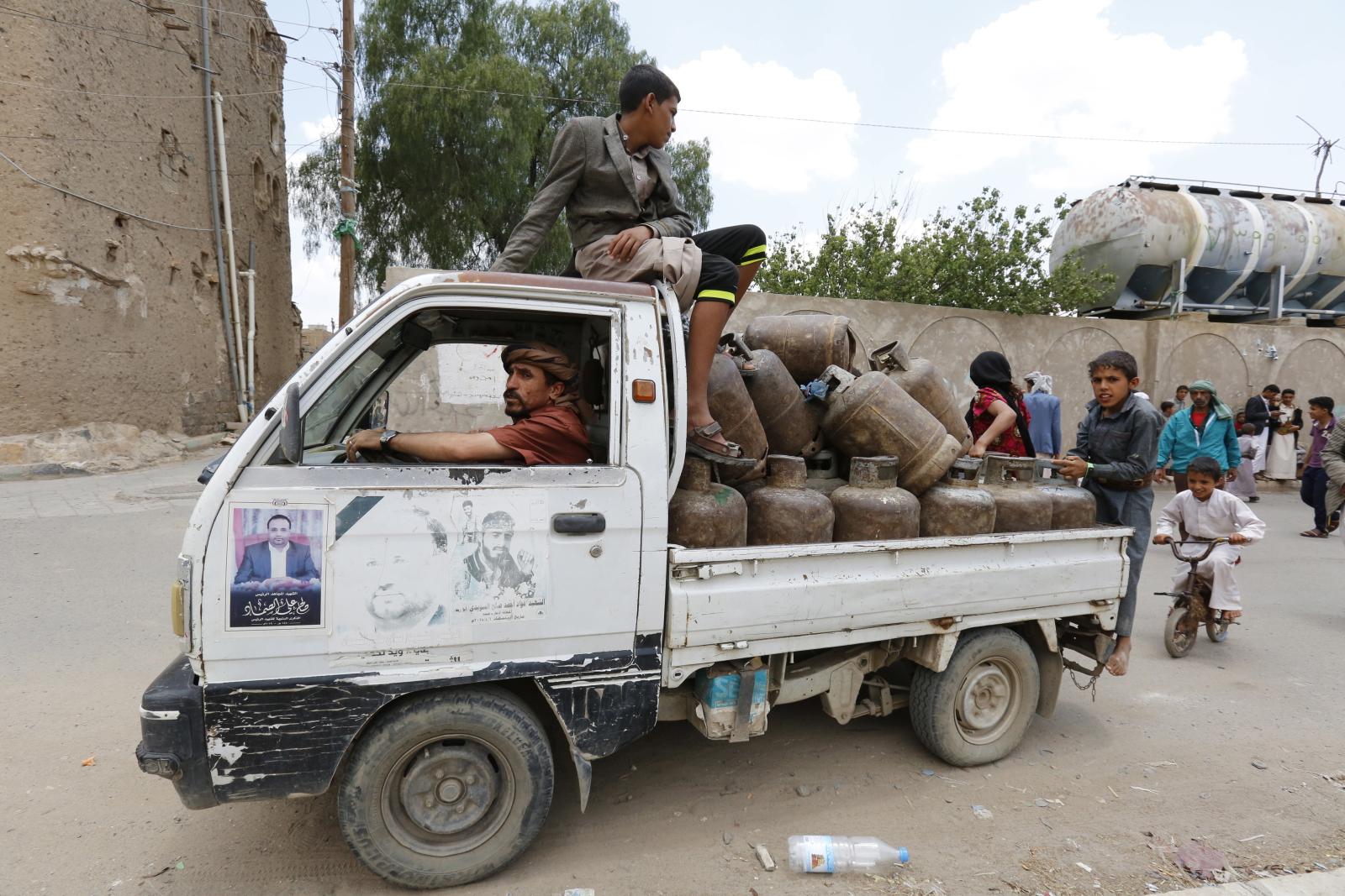W Jemenie wciąż kryzys humanitarny. Jeden z mężczyzn rozwozi gaz w butlach. Fot. EPA/YAHYA ARHAB