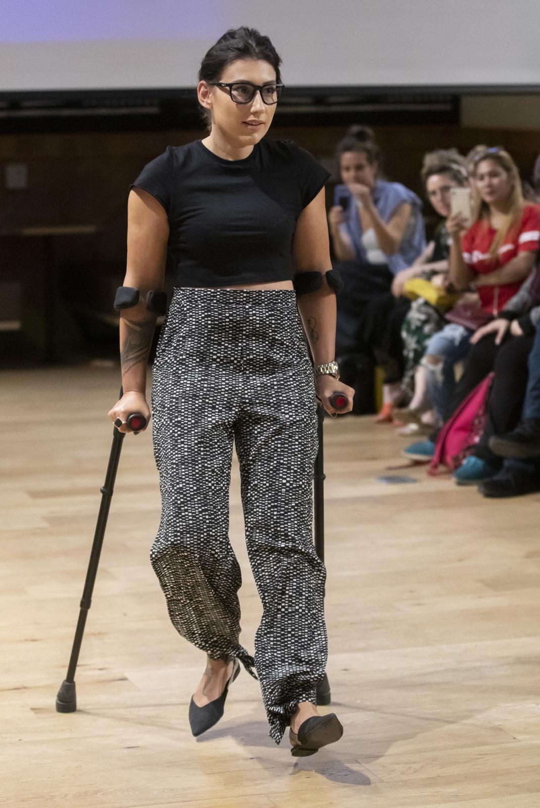 Pokazy mody Fashion Revolution X Israel obejmują marki, które opracowały unikalne podejście do tworzenia zrównoważonej mody dla niepełnosprawnych. Impreza odbywa się w jednym z kilkunastu zakładów pracy w Izraelu. Fot. EPA/JIM HOLLANDER