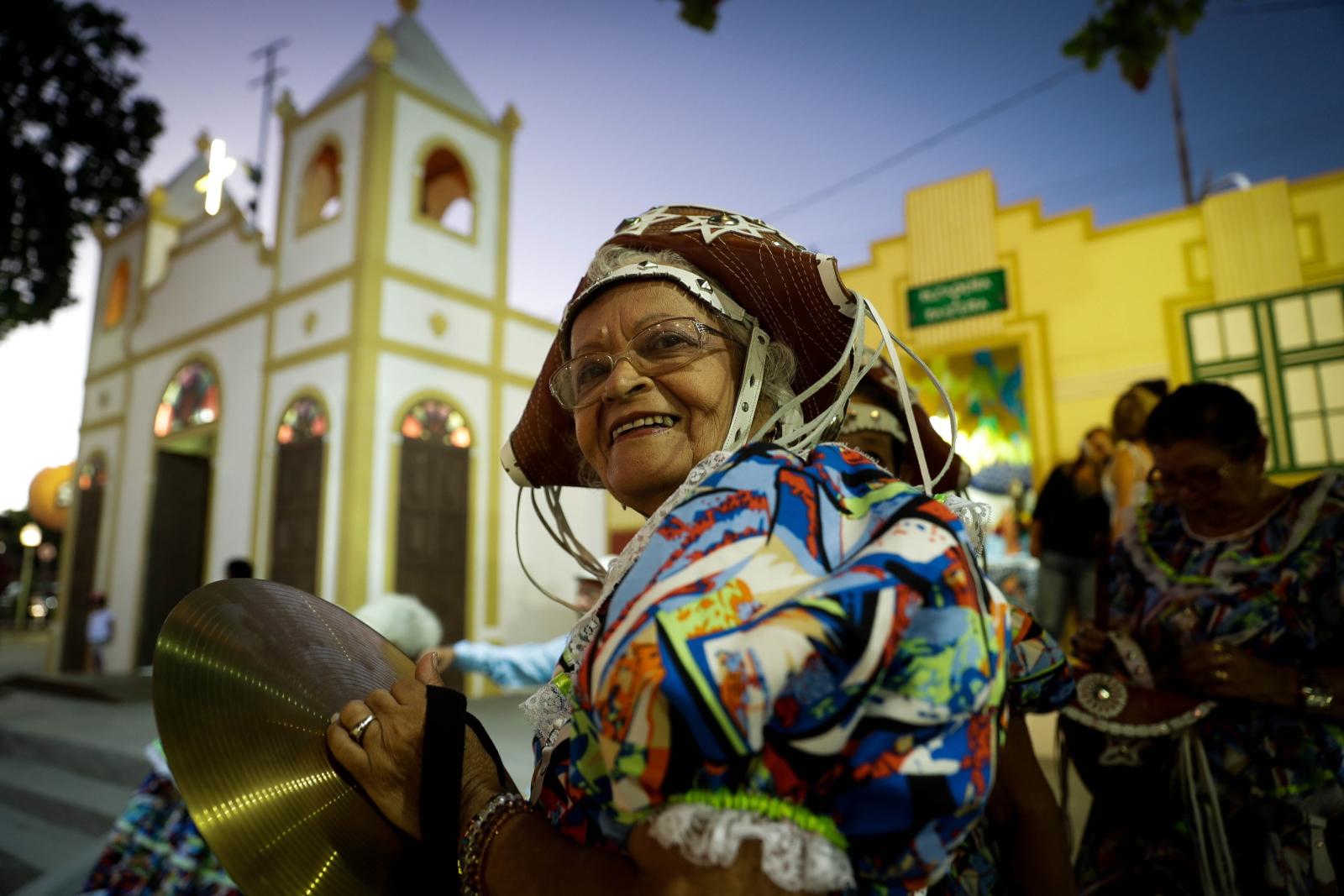 Zapach prochu, smak pieczonej kukurydzy i dźwięk tradycyjnych zespołów przyciągają turystów do miasta Caruaru każdego roku, aby uczcić to, co uważane jest za największe święto św. Jana na świecie.  Fot. EPA/Fernando Bizerra Jr