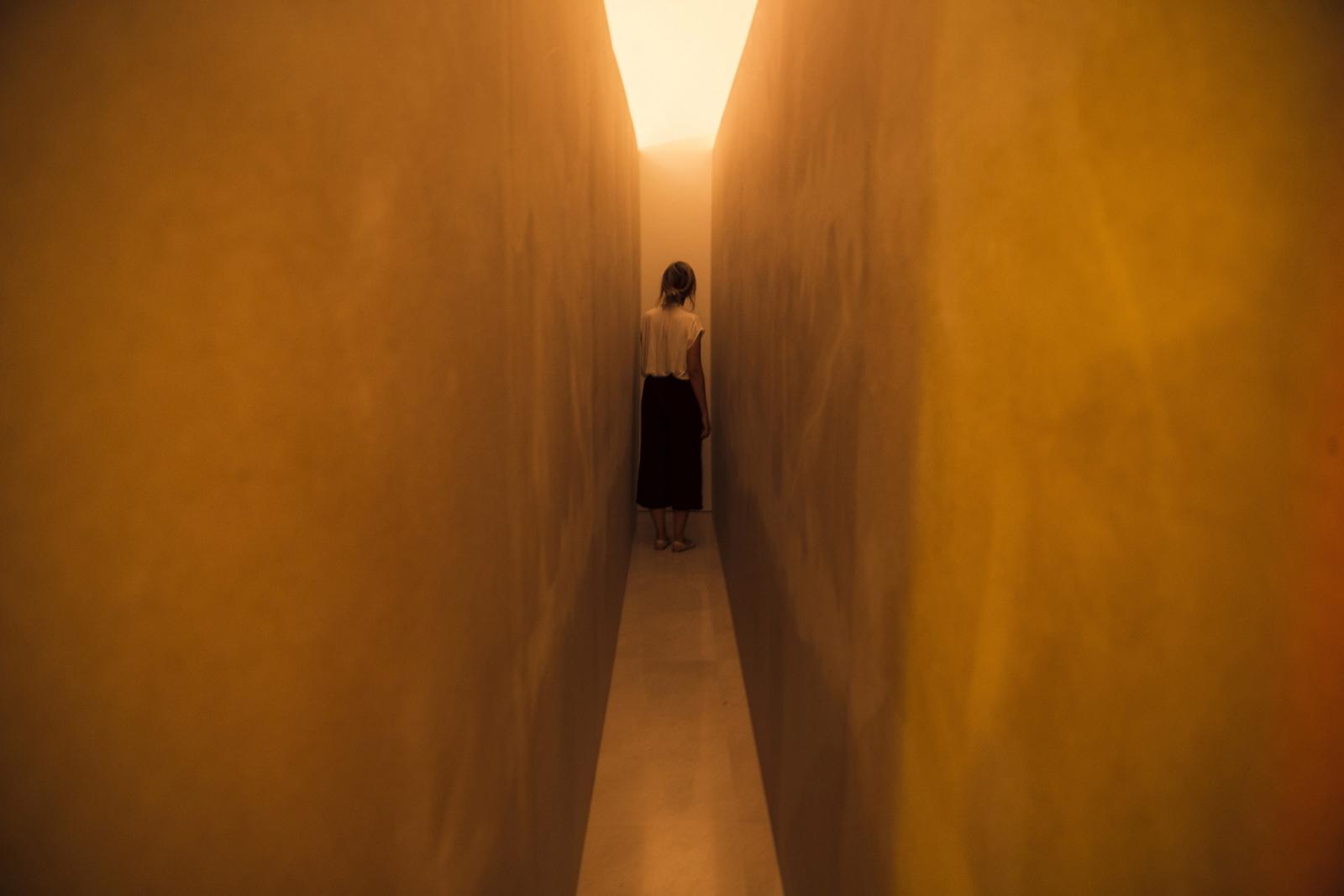 """Grafika """"Performance Corridor"""" podczas hiszpańskiej wystawy w Maladze. Fot. EPA/Jorge Zapata"""