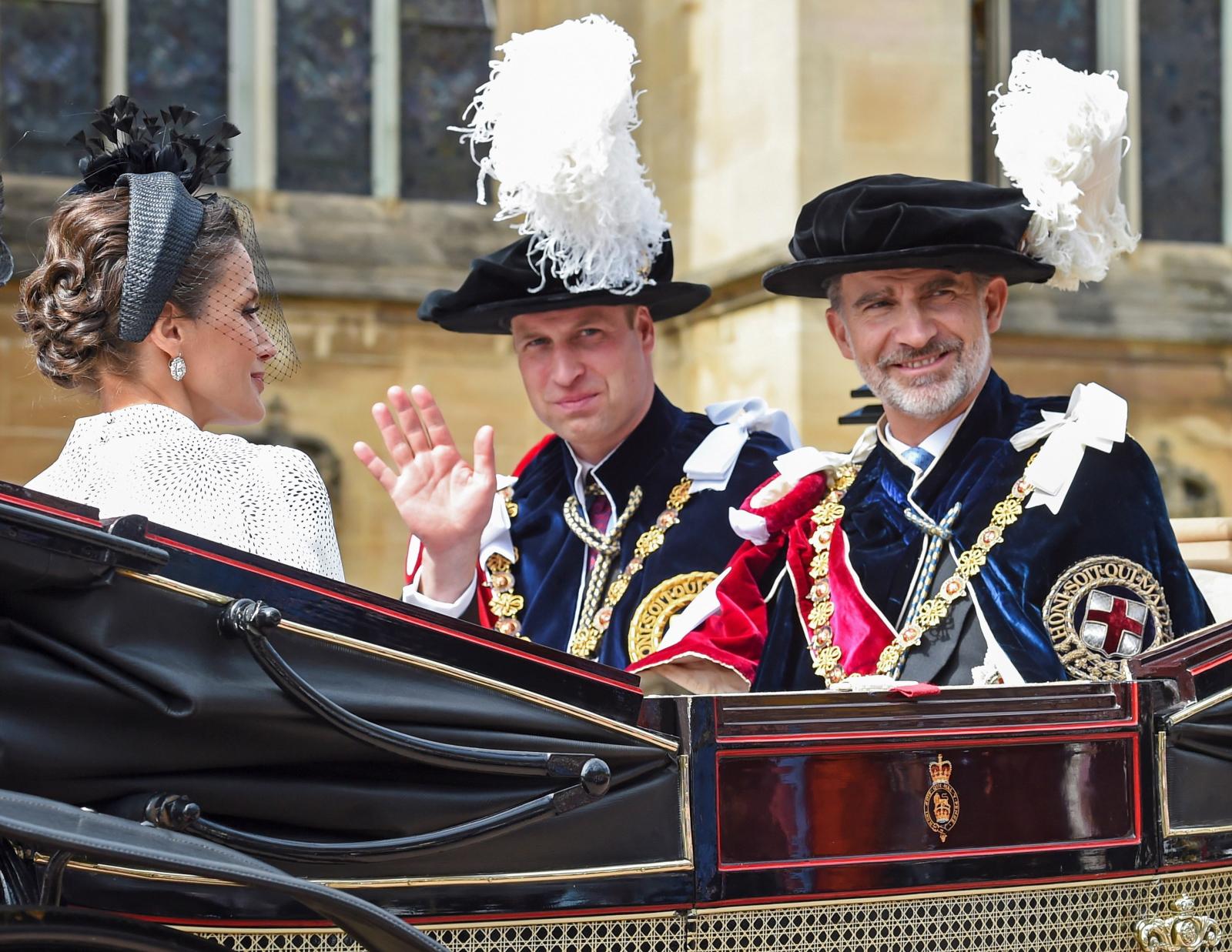 Król Hiszpanii Felipe VI (R) wraz z żoną królową Letizią (L) obok księcia Williama, księcia Cambridge. Fot. EPA/GUSTAVO VALIENTE