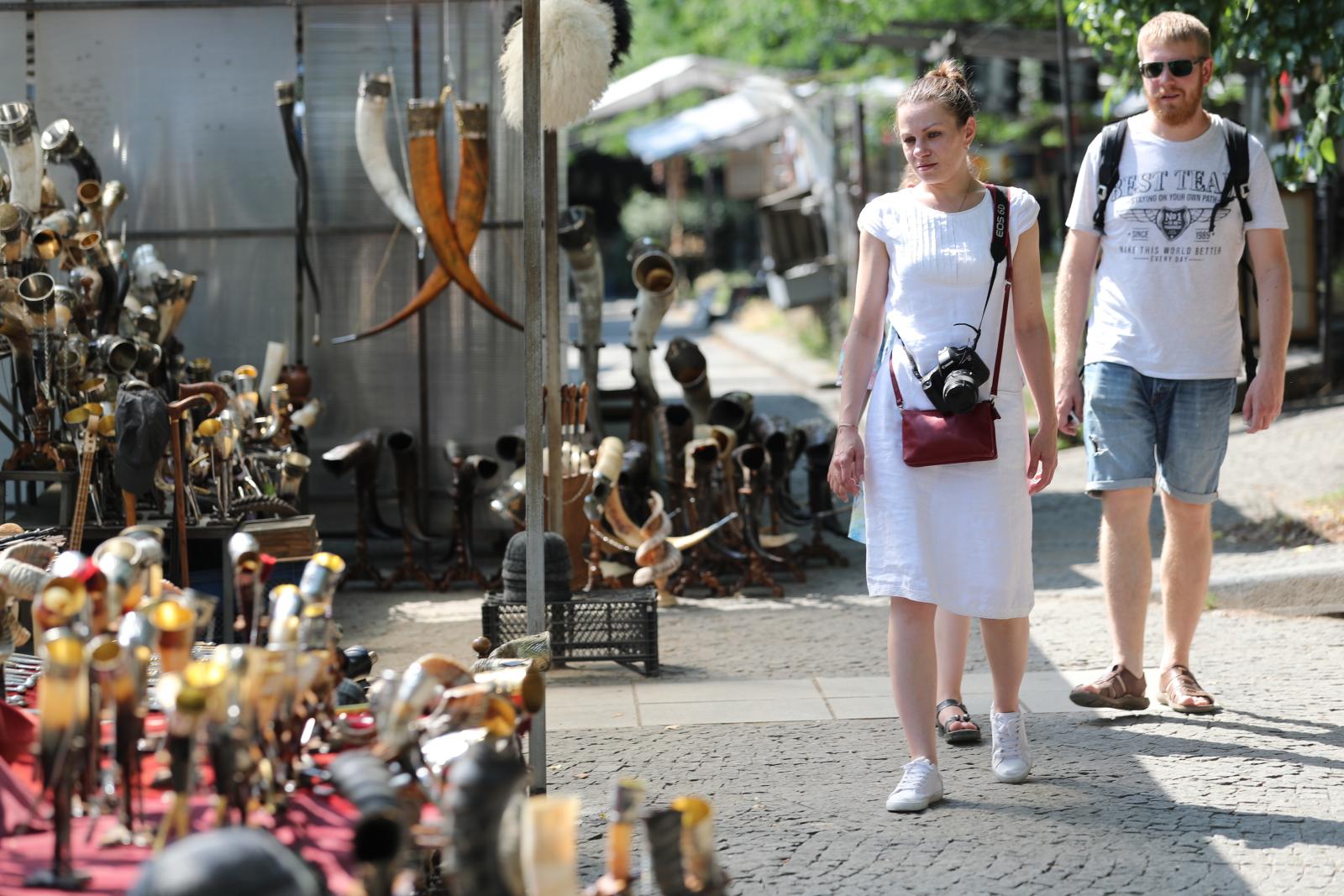 Turyści w Tbilisi, Gruzja. Fot. PAP/EPA/ZURAB KURTSIKIDZE
