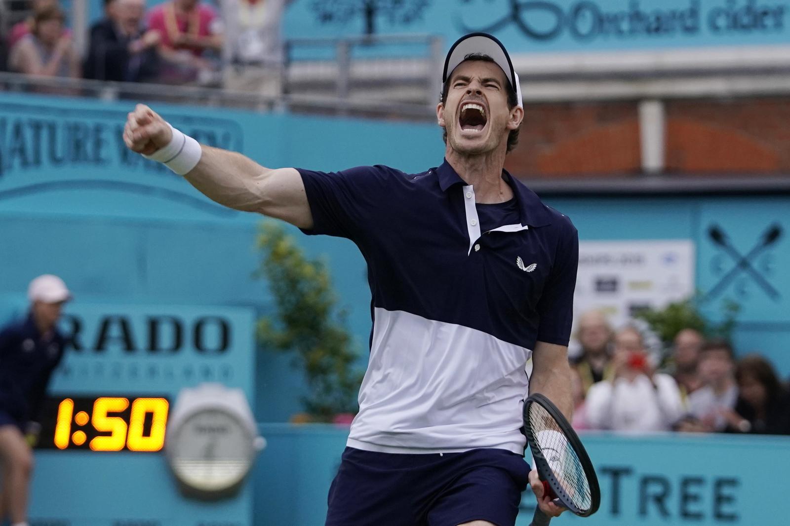 Andy Murray celebruje zwycięstwo w meczu tenisowym. Fot. PAP/EPA/WILL OLIVER