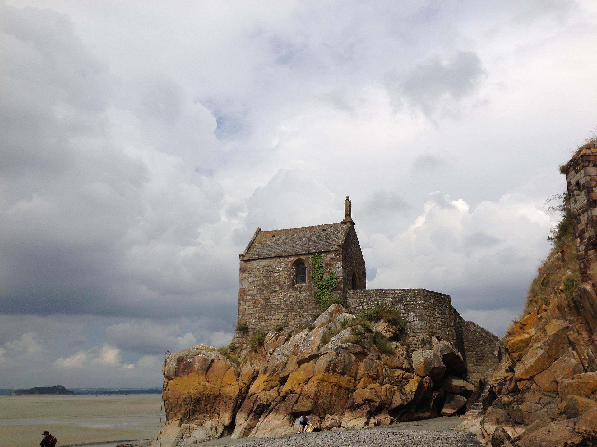 Linia ma swój początek w Irlandii, na pustynnej wyspie, gdzie św. Michał Archanioł objawił się św. Patrykowi. Tutaj też znajduje się pierwsze sanktuarium – Skała Michała