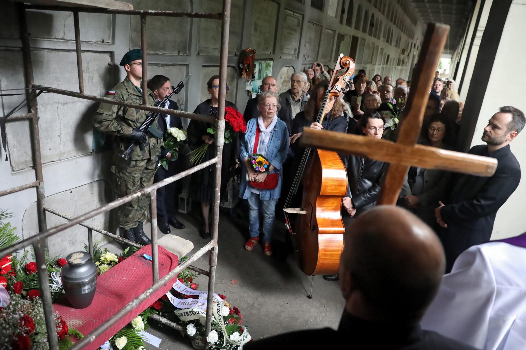 Uroczystości pogrzebowe Wandy Warskiej na Powązkach w Warszawie, fot. Tomasz Gzell, PAP/EPA