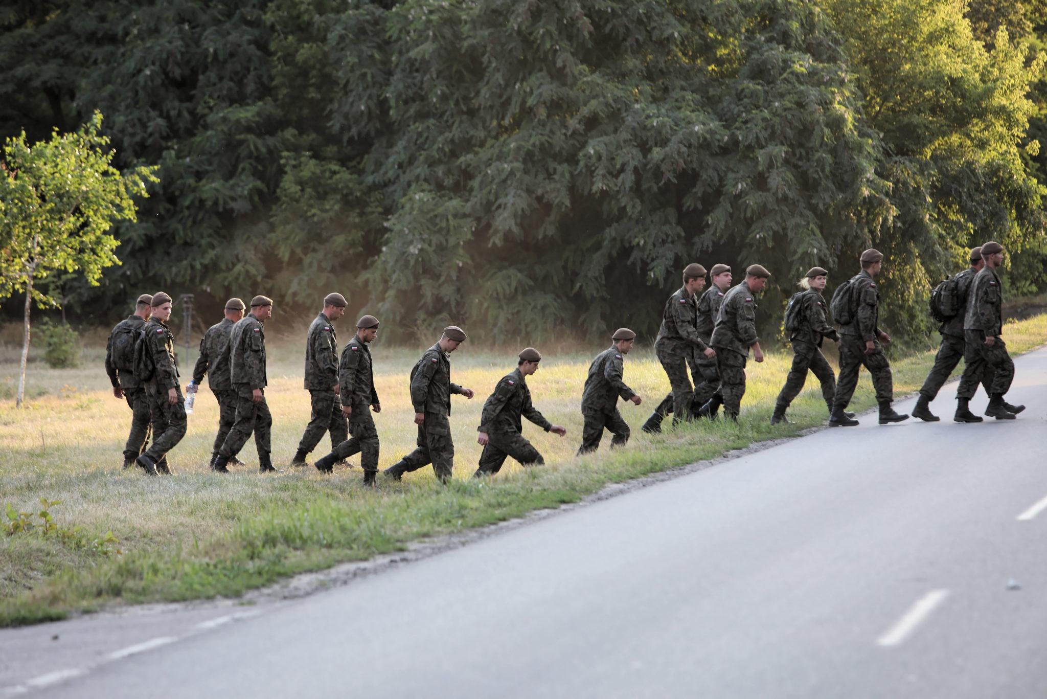 Pruszków: żołnierze 6. Mazowieckiej Brygady Wojsk Obrony Terytorialnej podczas poszukiwań 5-letniego Dawida, który po raz ostatni był widziany razem ze swoim ojcem. Mężczyzna popełnił samobójstwo, rzucając się pod pociąg w Grodzisku Mazowieckim, fot. Leszek Szymański, PAP