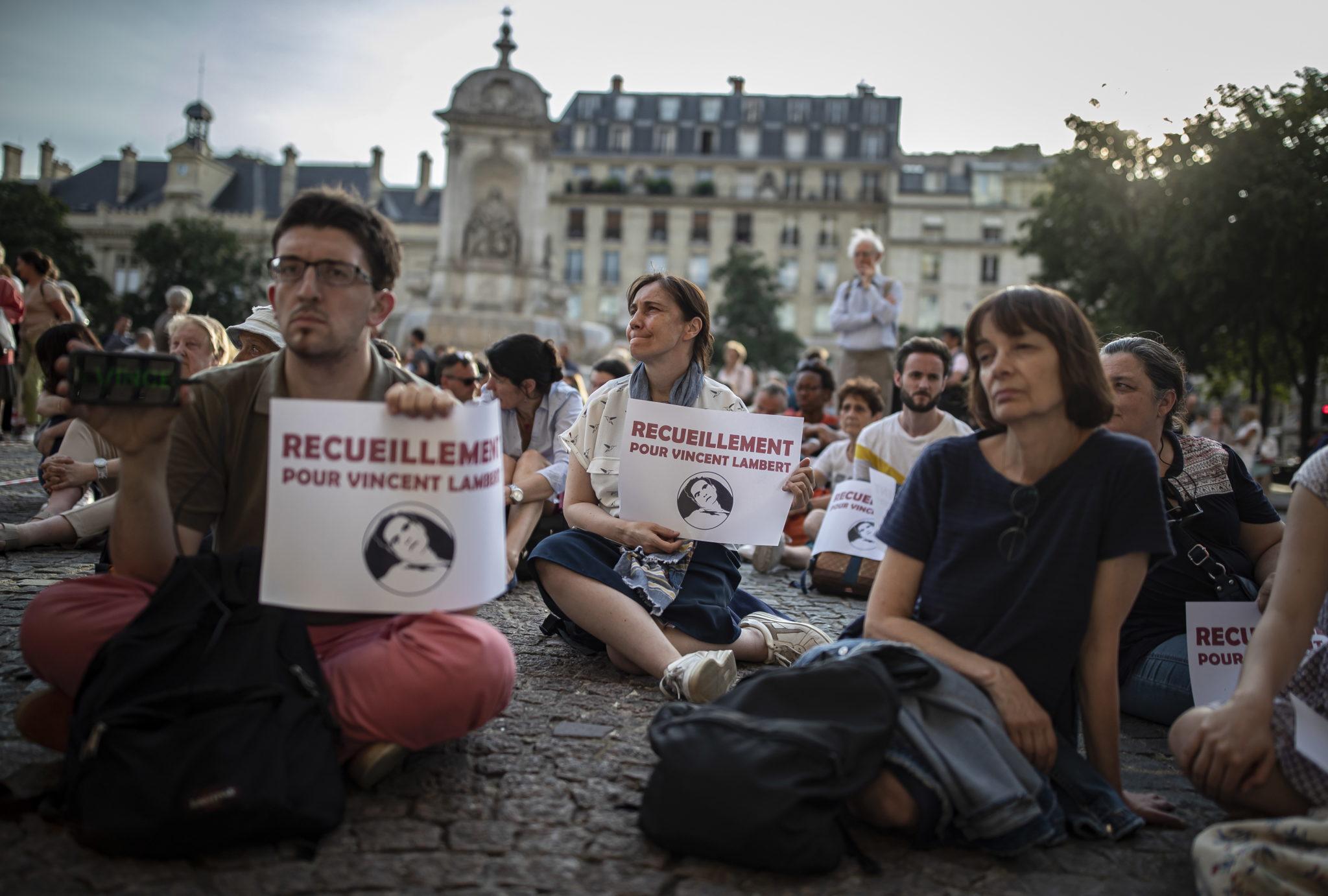 Modlitwa za zmarłego Vincenta Lamberta, Paryż, fot. IAN LANGSDON, PAP/EPA