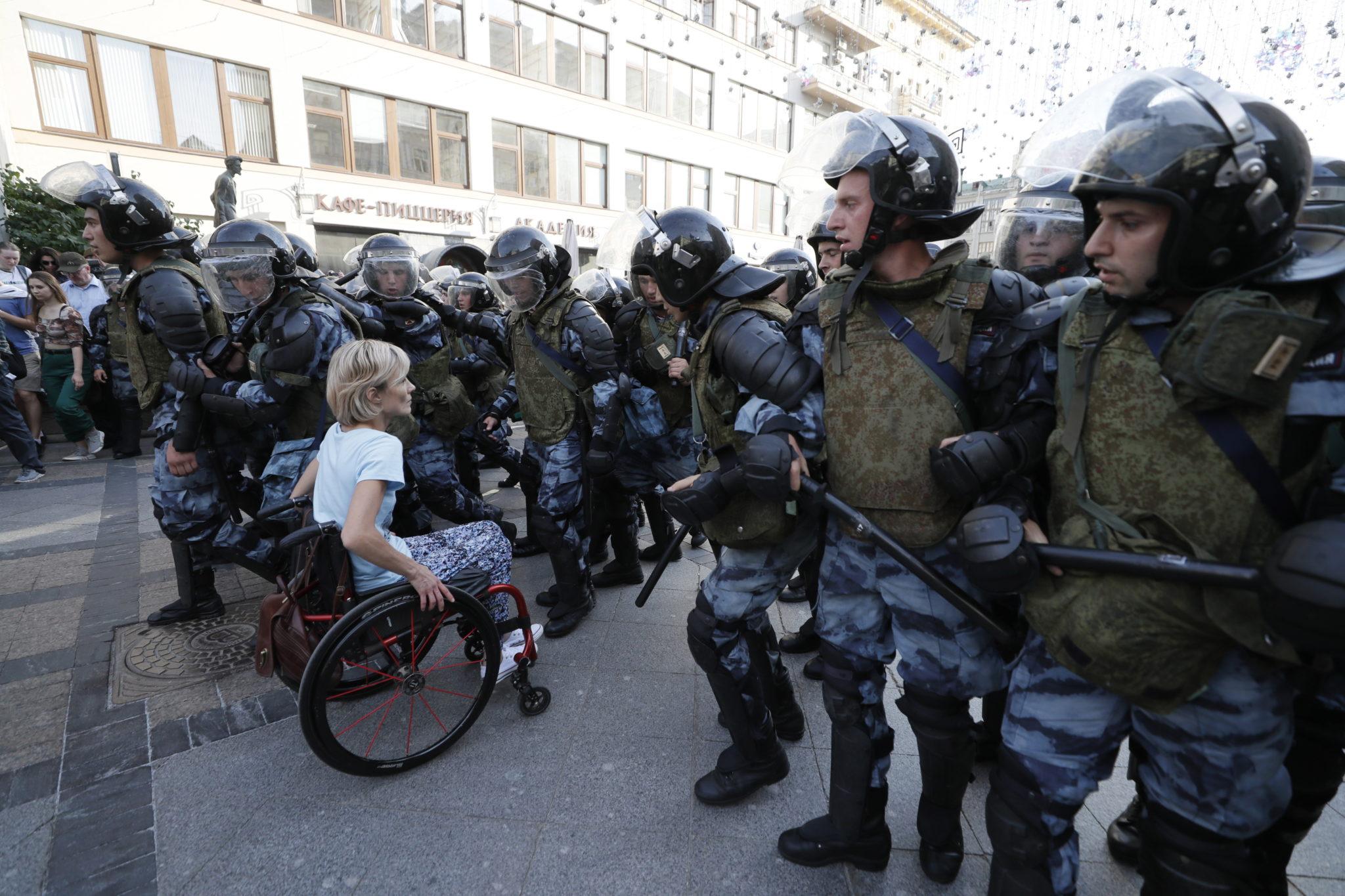 Prawie tysiąc osób zatrzymała w sobotę policja w Moskwie przed i podczas protestu przeciwko niezarejestrowaniu opozycyjnych kandydatów w wyborach do władz stolicy. Według władz demonstracja była nielegalna, fot. TATYANA ZENKOVICH , PAP, EPA