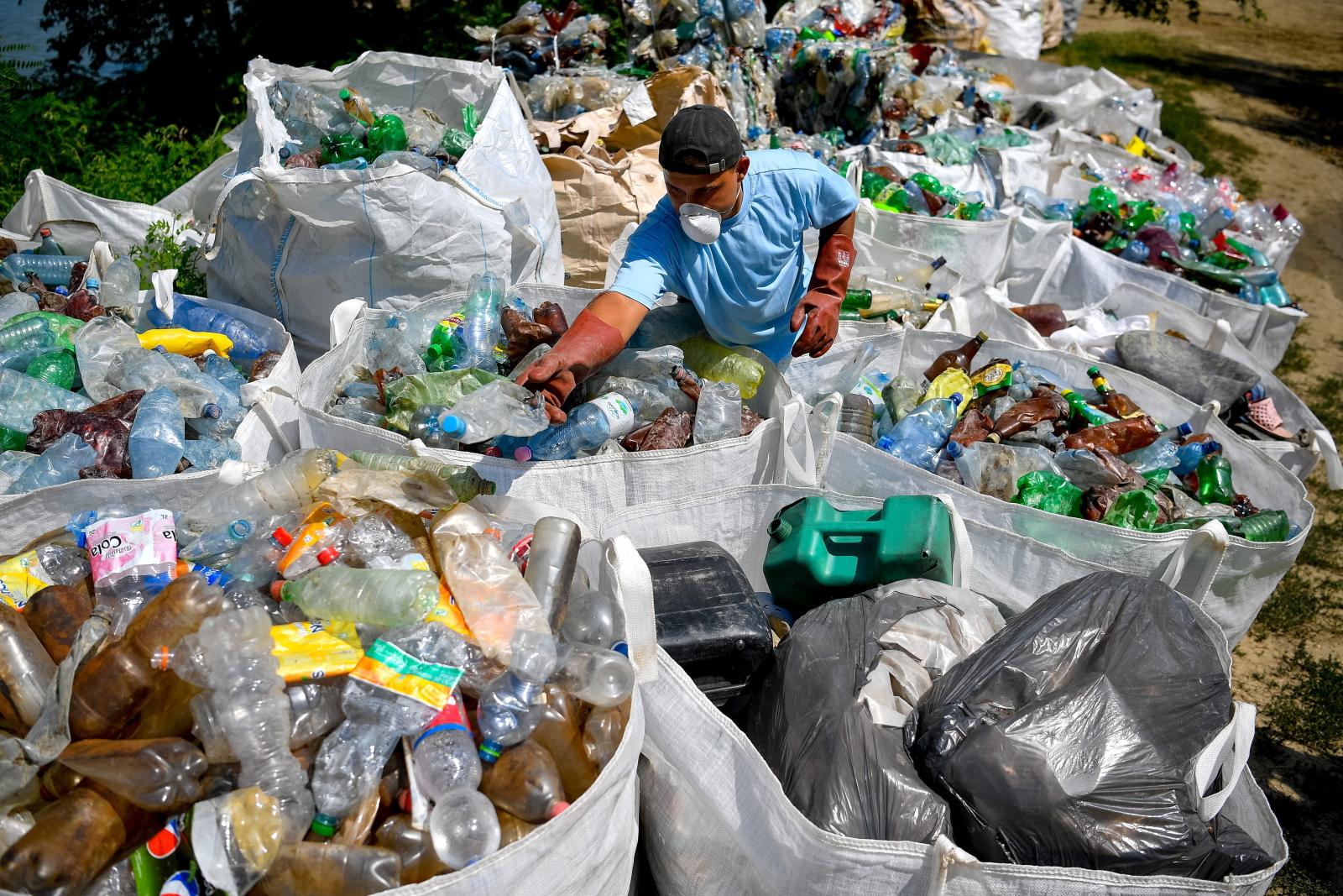 Segregacja odpadów na Węgrzech fot. EPA/ZSOLT CZEGLEDI