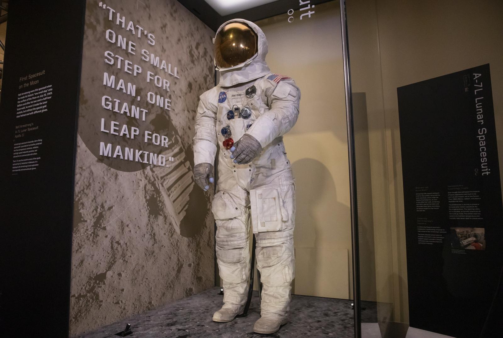 Kostium kosmiczny Armstronga z wyprawny na Księżyc (misja Apollo 11) fot. EPA/ERIK S. LESSER