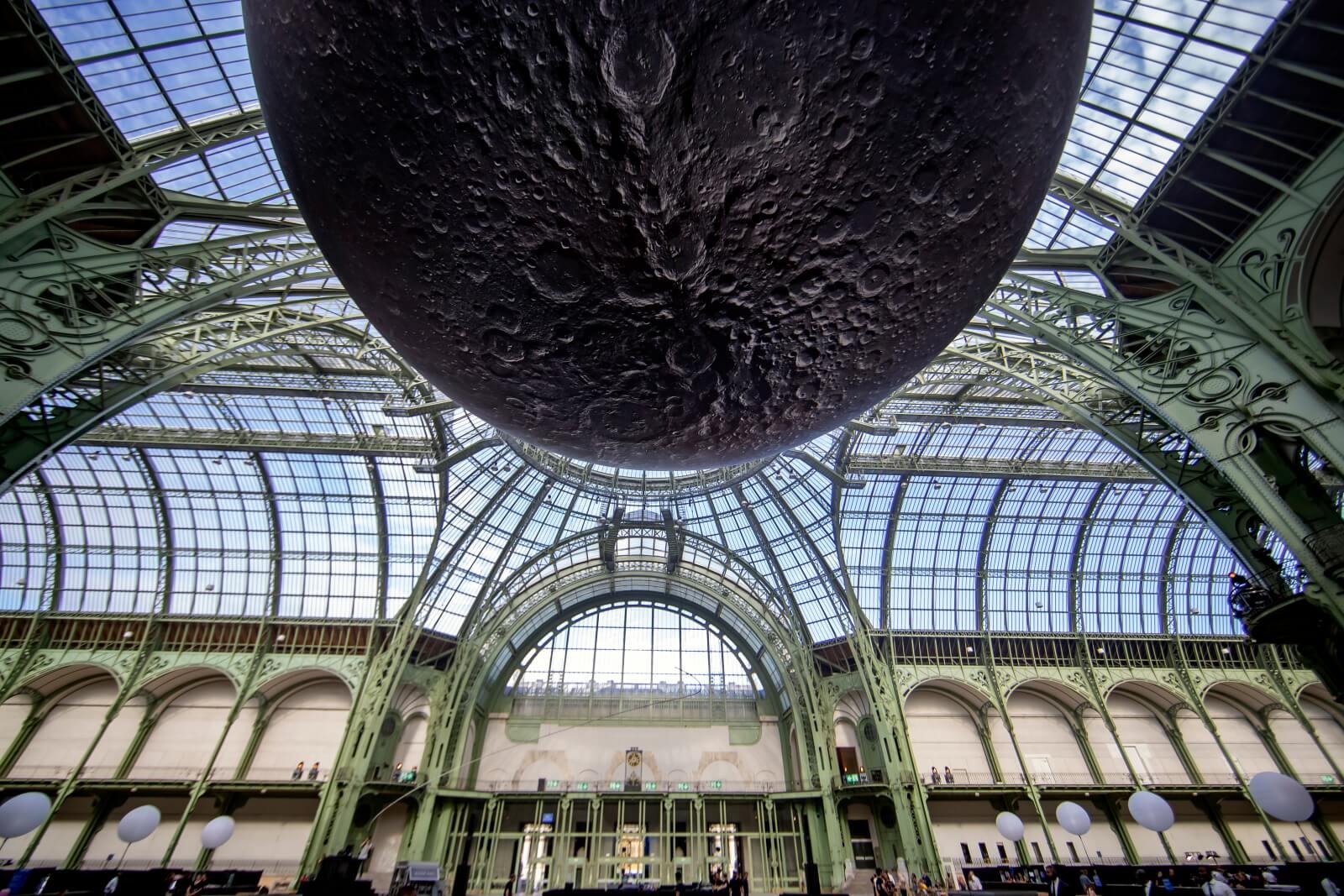 Moon Party w Paryżu fot. EPA/IAN LANGSDON