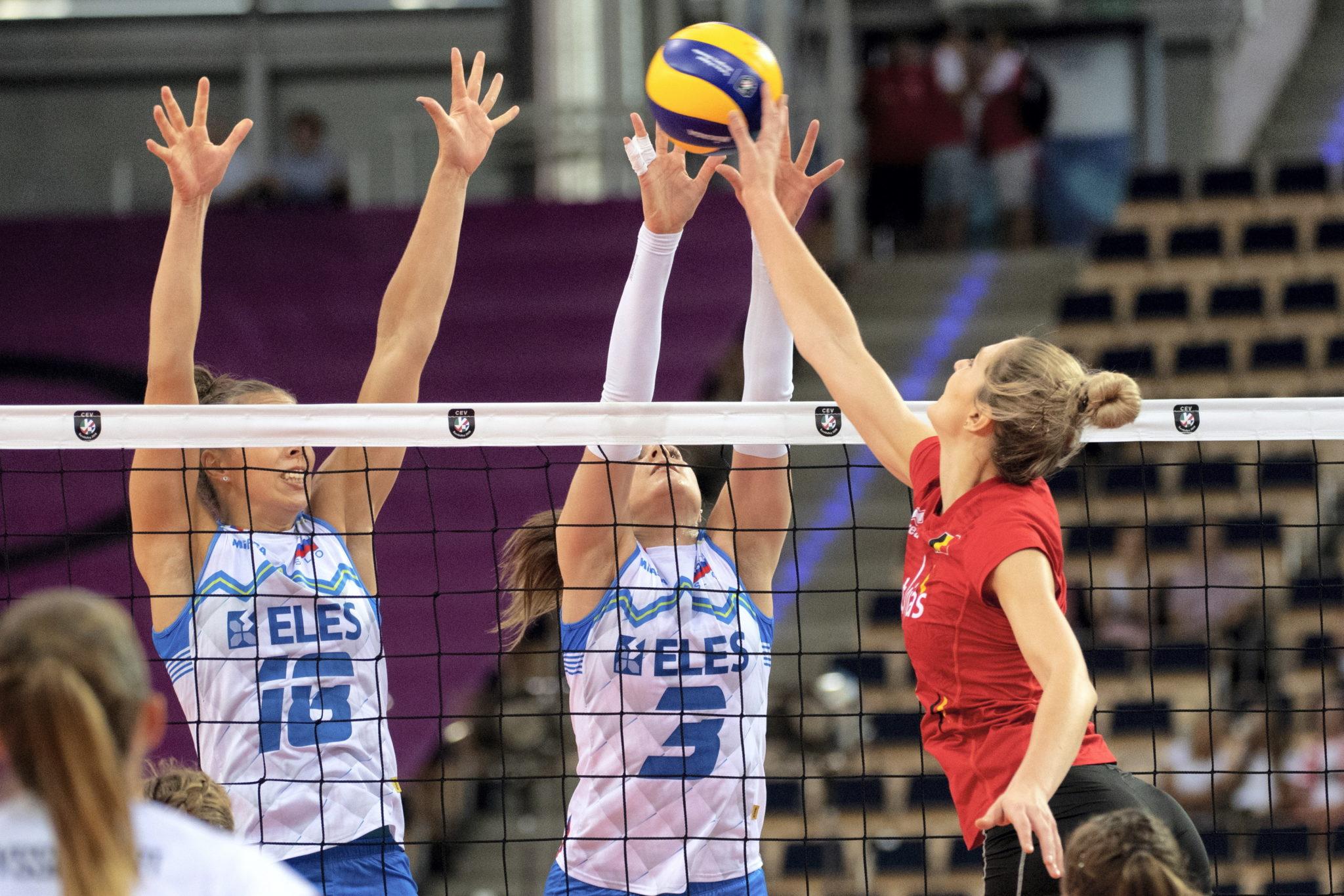 Polska: Belgijka Kaja Grobelna oraz Sasa Planinsec i Ana Vovk ze Słowenii podczas meczu mistrzostw Europy siatkarek grupa B w łódzkiej