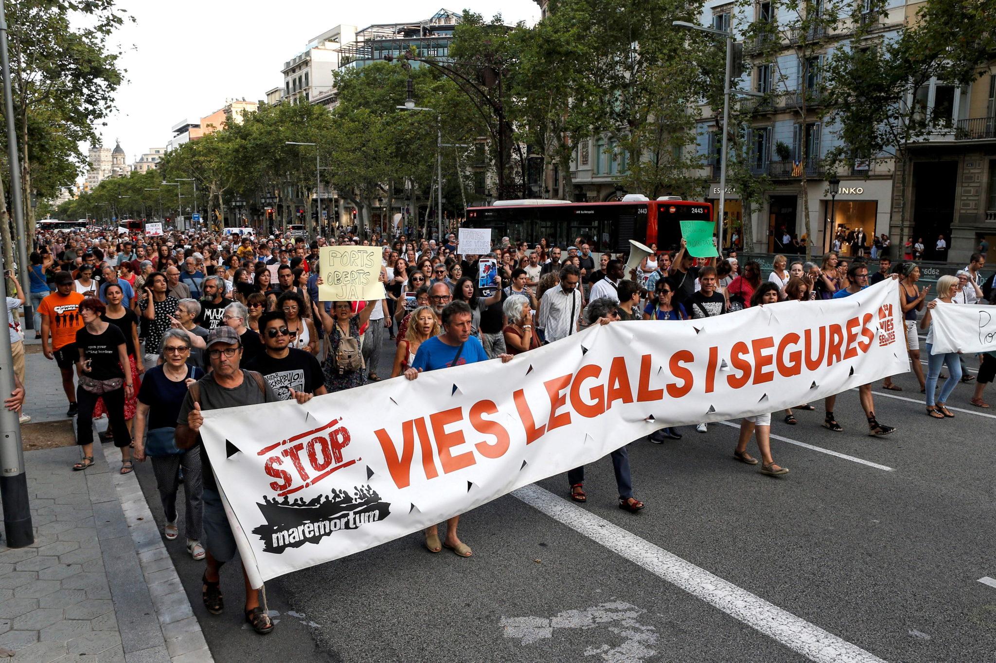 Hiszpania, Barcelona: protest, który domaga się podjęcia akcji ratunkowej wobec 400 migrantów, którzy pozostają na pokładzie łodzi na wodach Morza Śródziemnego, fot. QUIQUE GARCIA, PAP/EPA